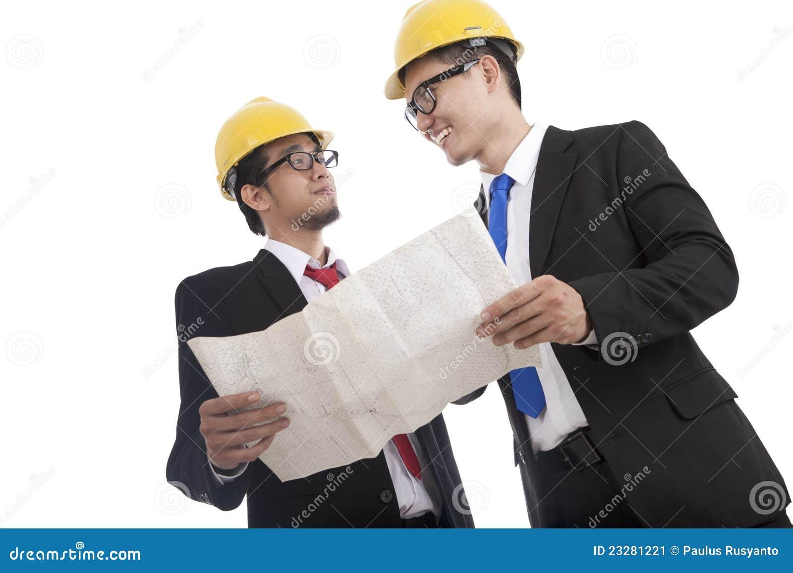 Arquitecto e ingeniero de construcci n que discute 1 for Ingeniero arquitecto