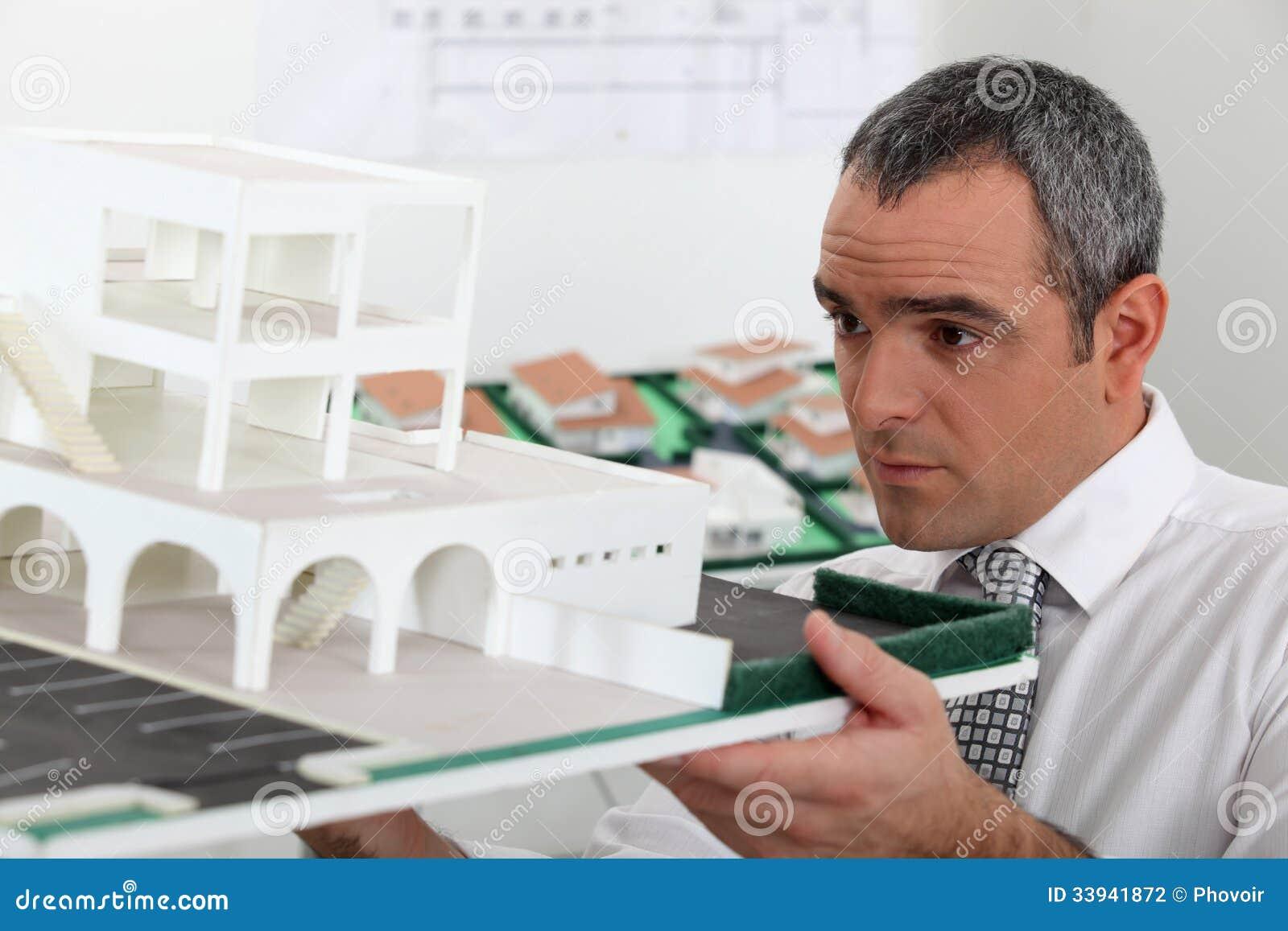 Arquitecto en oficina