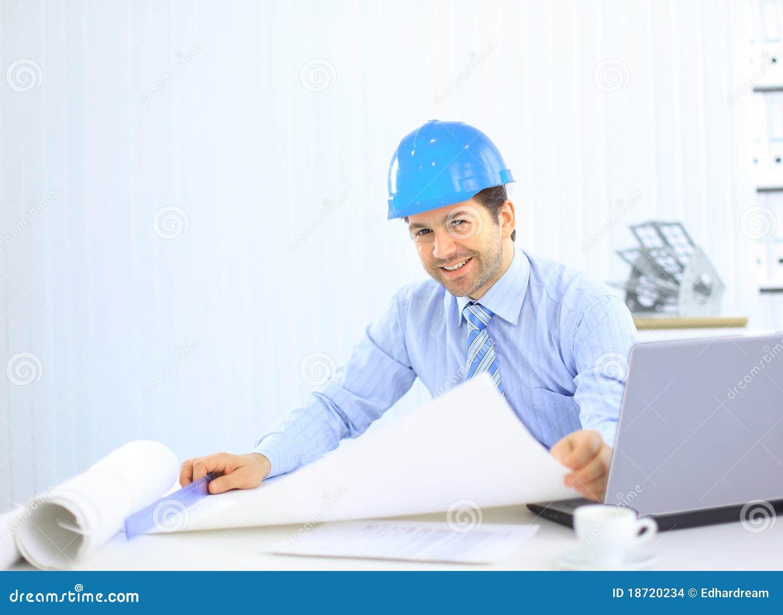 Arquitecto que mira de trabajo en oficina el escritorio for Escritorio arquitecto