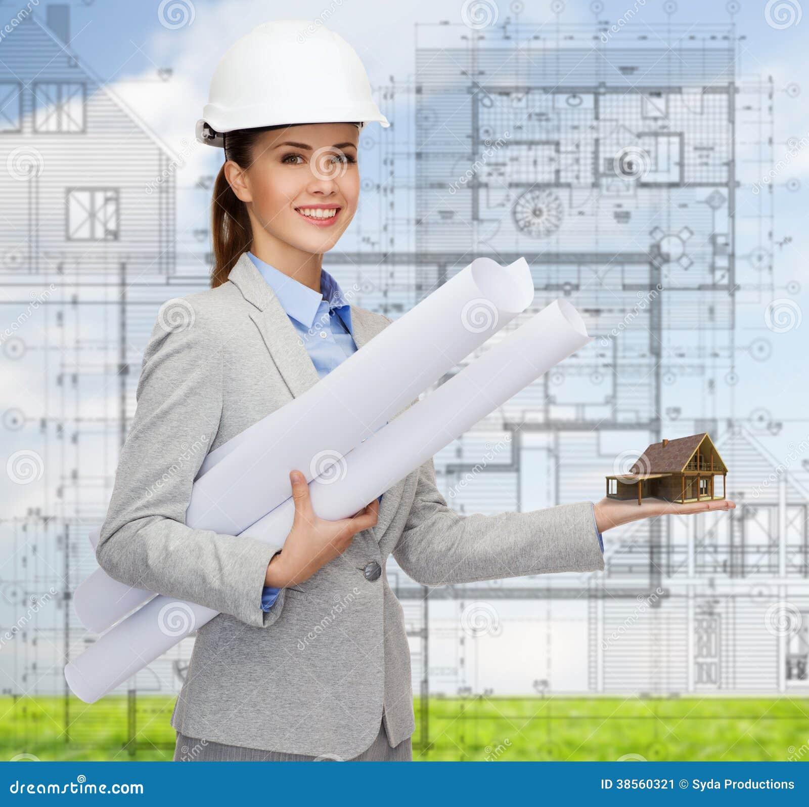 Arquitecto sonriente en el casco blanco con los modelos for Todo para el arquitecto