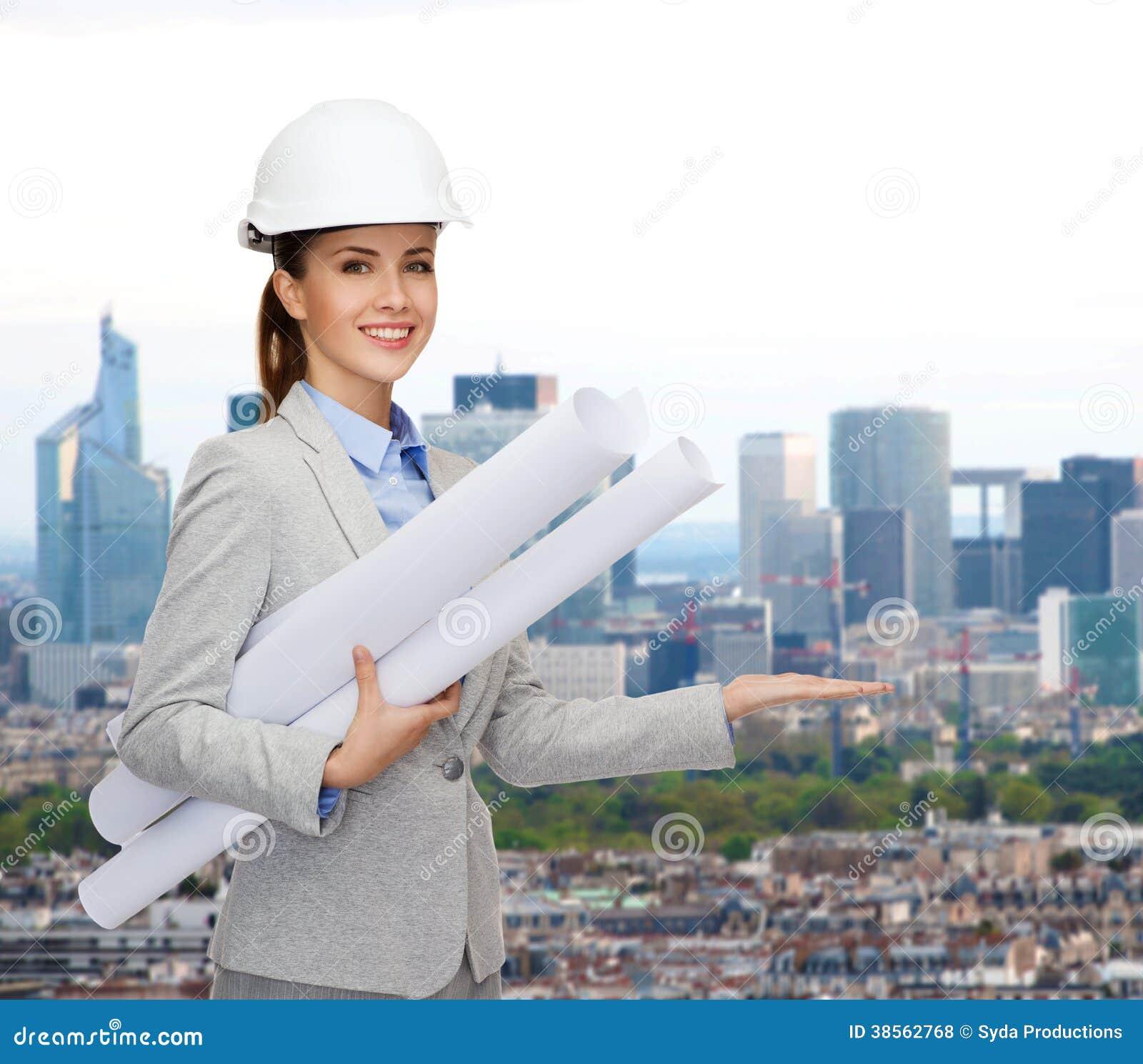 arquitecto sonriente en el casco blanco con los modelos