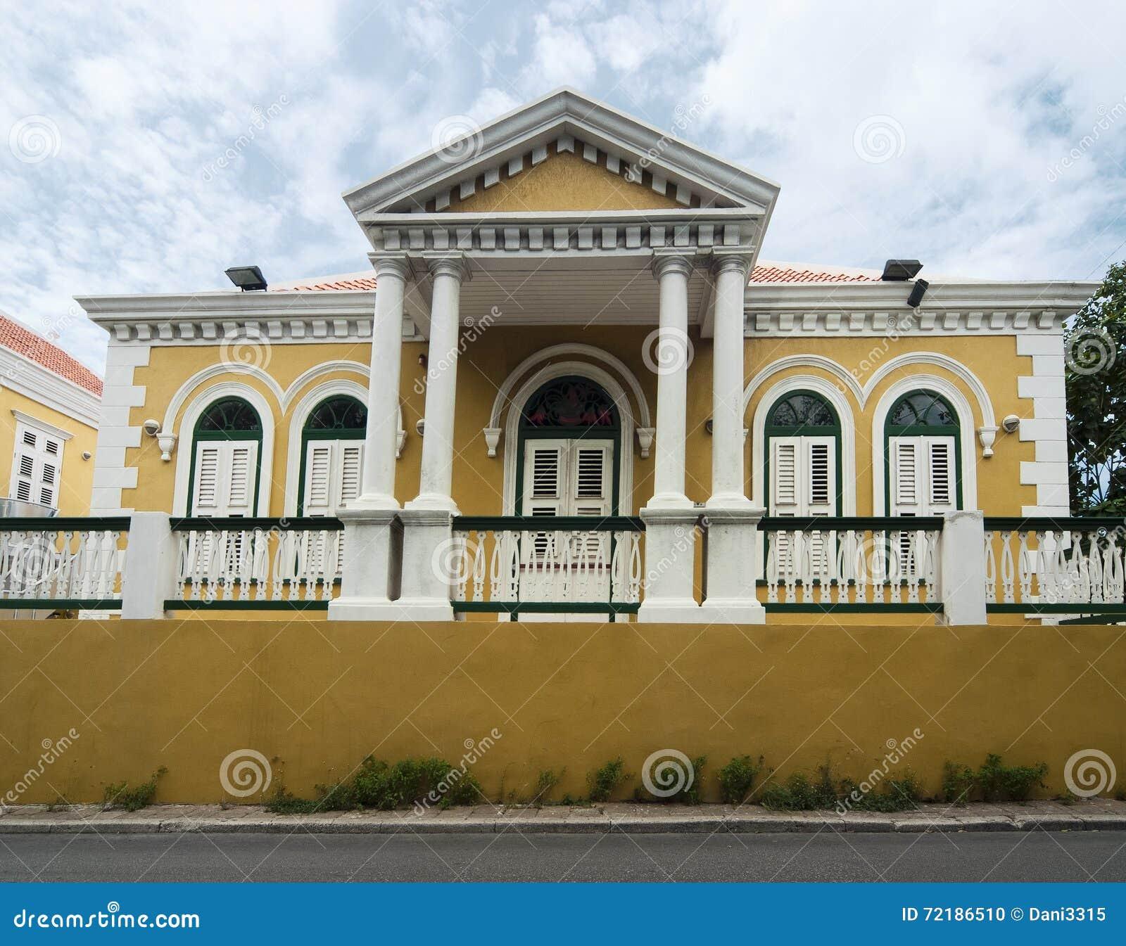 Arquitectura colonial coloreada amarillo en Willemstad, Curaçao