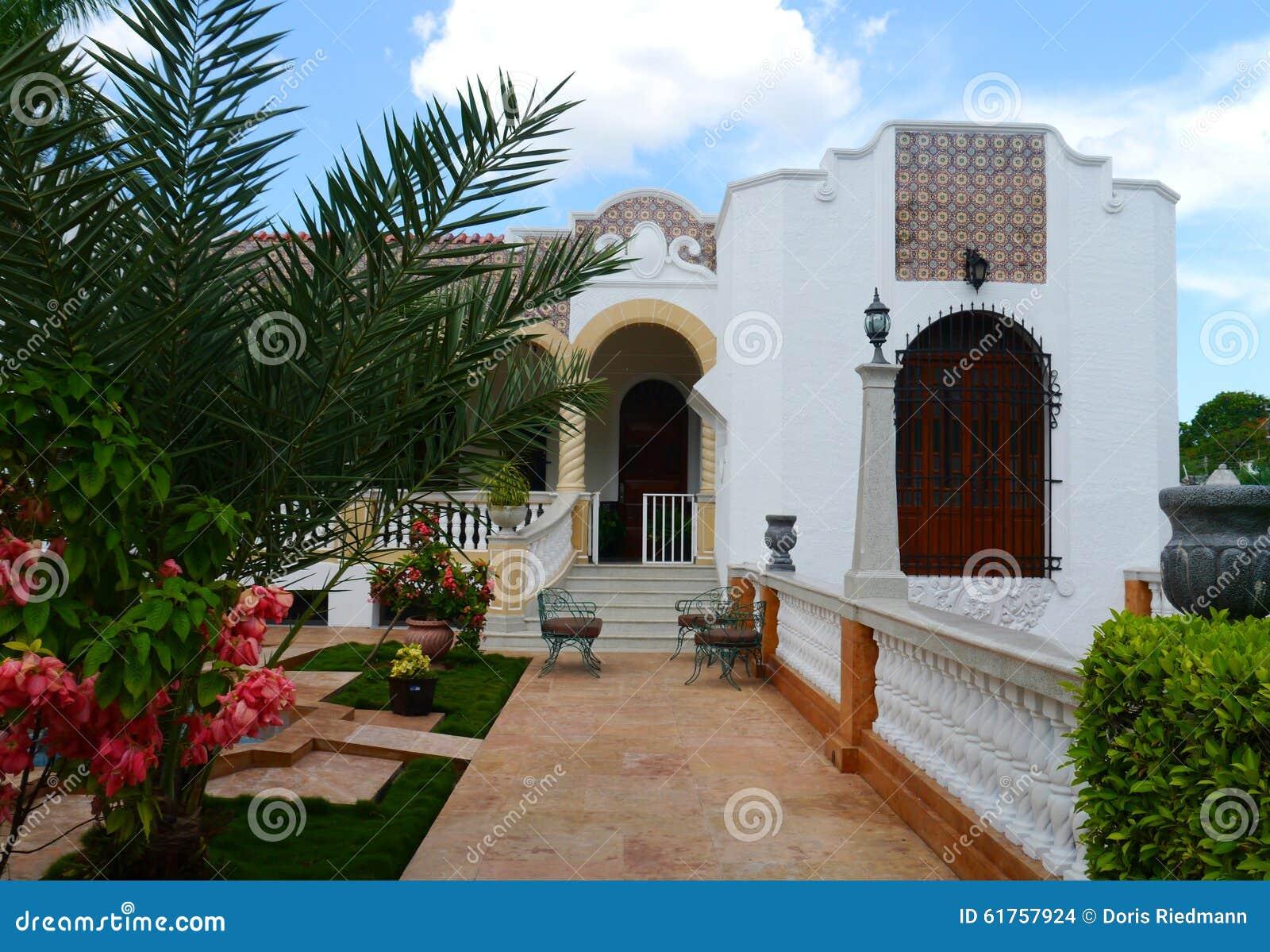 Arquitectura colonial de la casa de merida mexico foto de archivo imagen de iglesia torre - Foto casa merida ...
