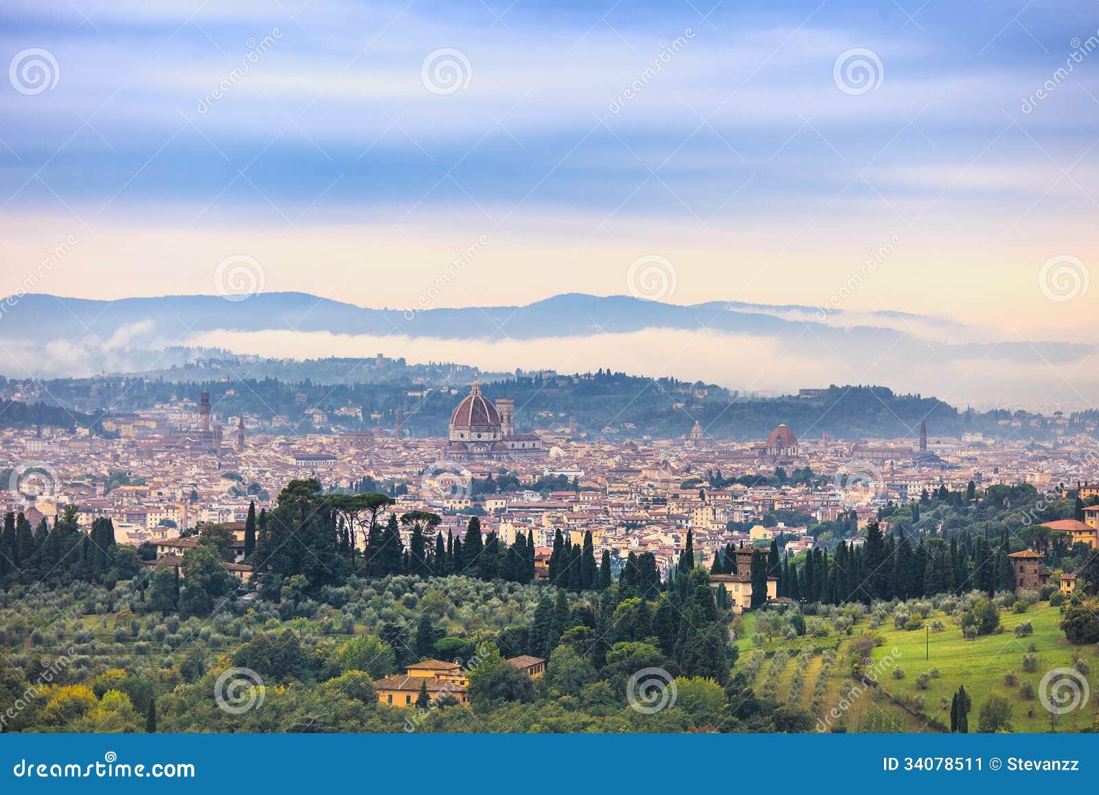 Arquitectura da cidade nevoenta aérea da manhã de Florença. Opinião do panorama do monte de Fiesole, Itália