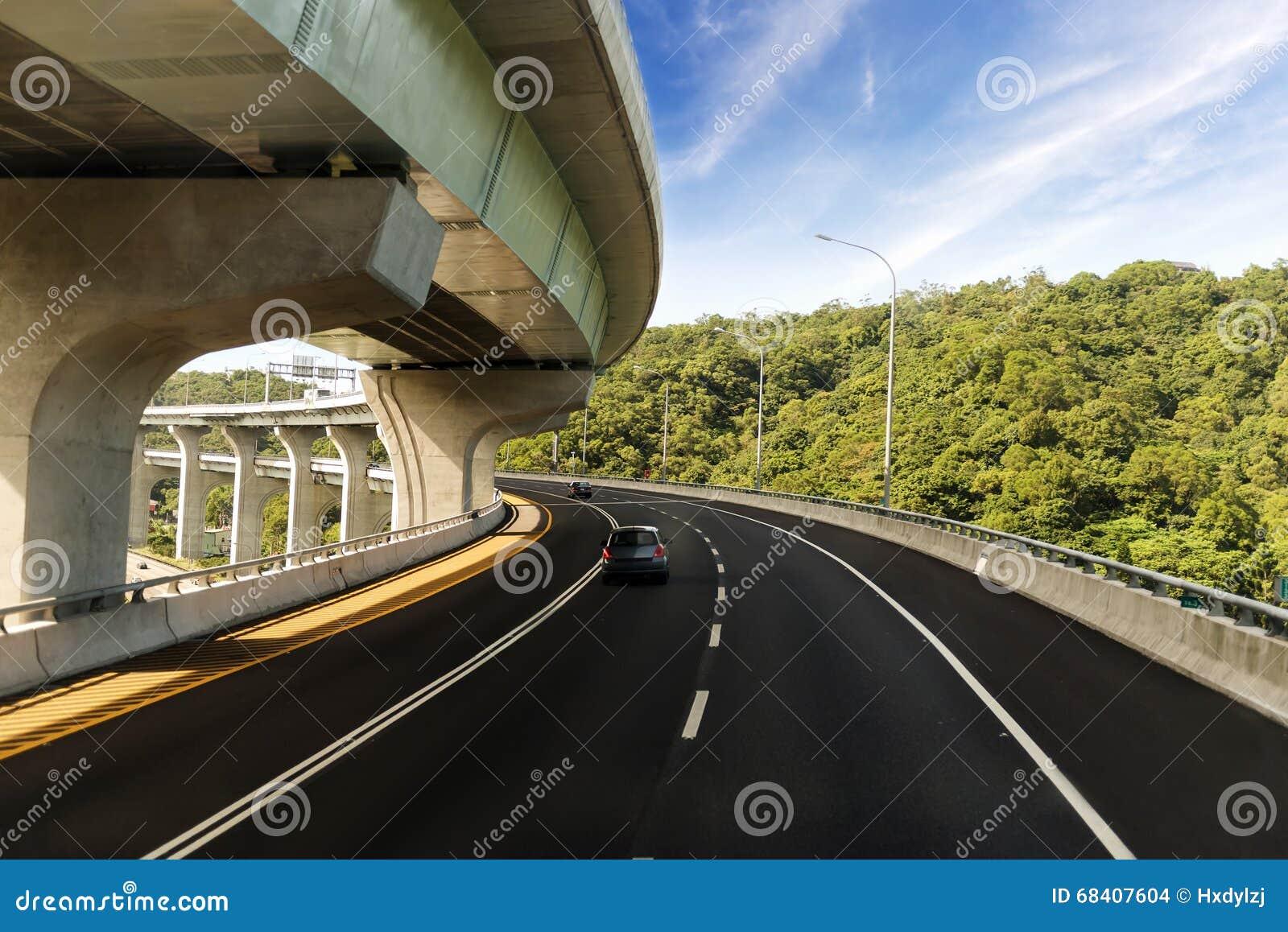 Arquitectura de la construcción de la carretera con las curvas hermosas