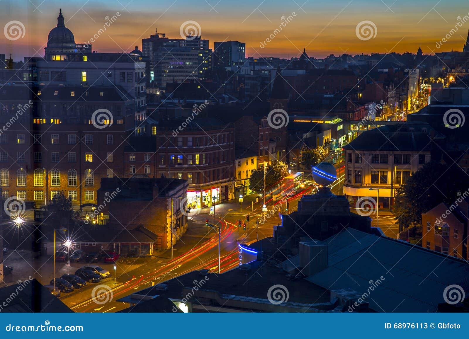 Arquitectura del centro de ciudad de Nottingham en la puesta del sol