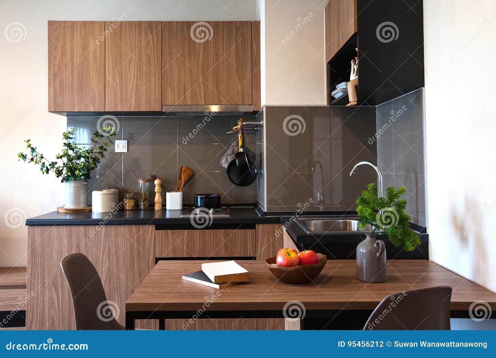 Arquitectura Del Diseño Interior De La Cocina Con La Mesa De Comedor ...