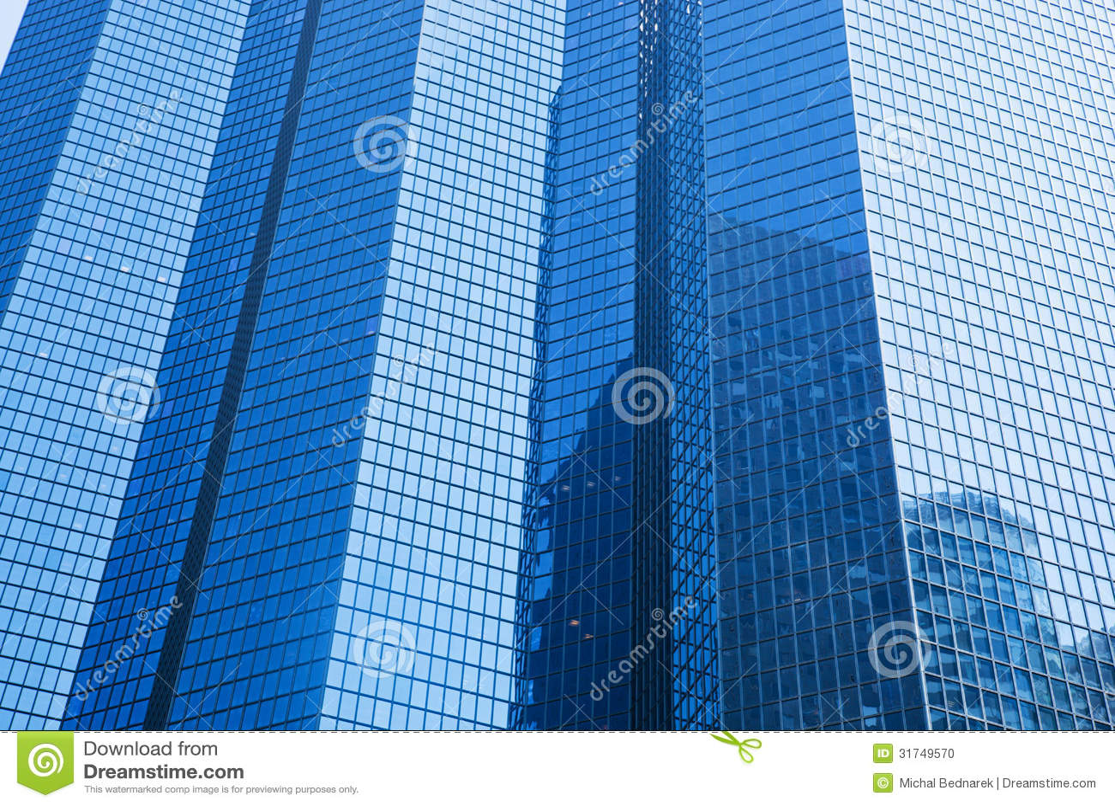 Arquitectura moderna de los rascacielos del negocio en tinte azul.