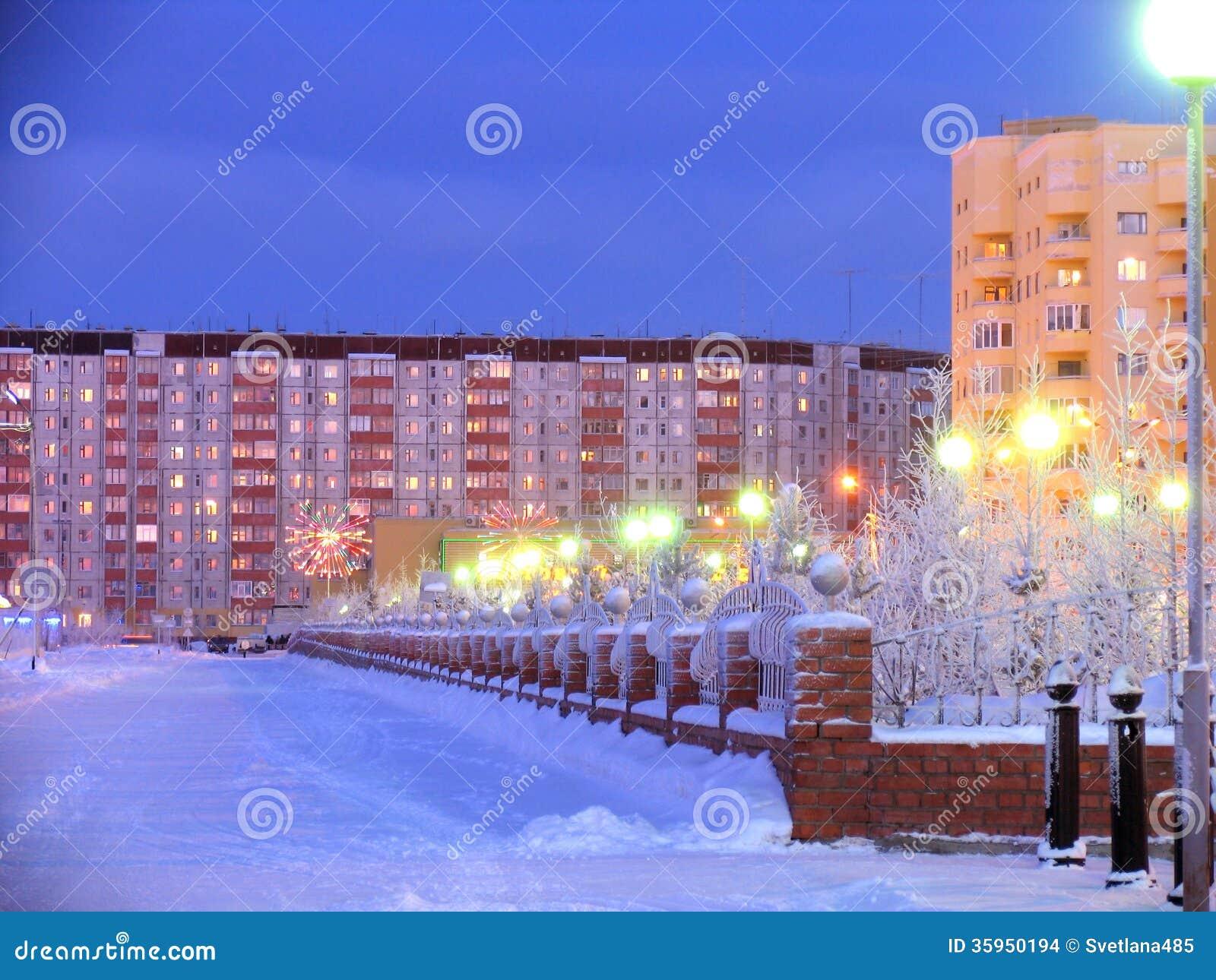 Arquitectura urbana. Año Nuevo. Decoraciones festivas. Paisaje del invierno.