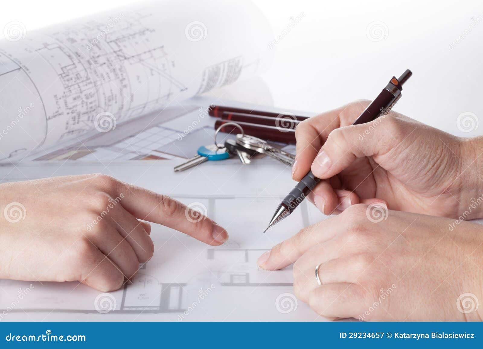Download Arquiteto com um cliente imagem de stock. Imagem de blueprint - 29234657