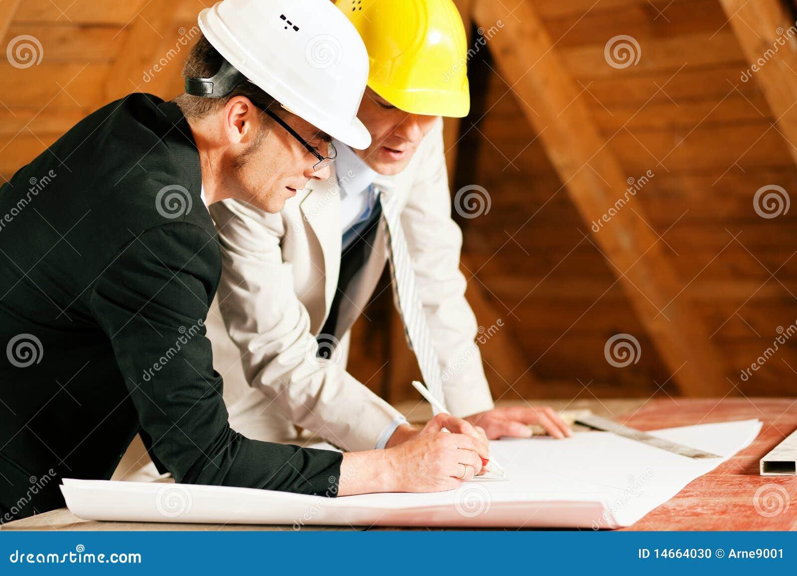 Arquiteto e coordenador de construção com planta