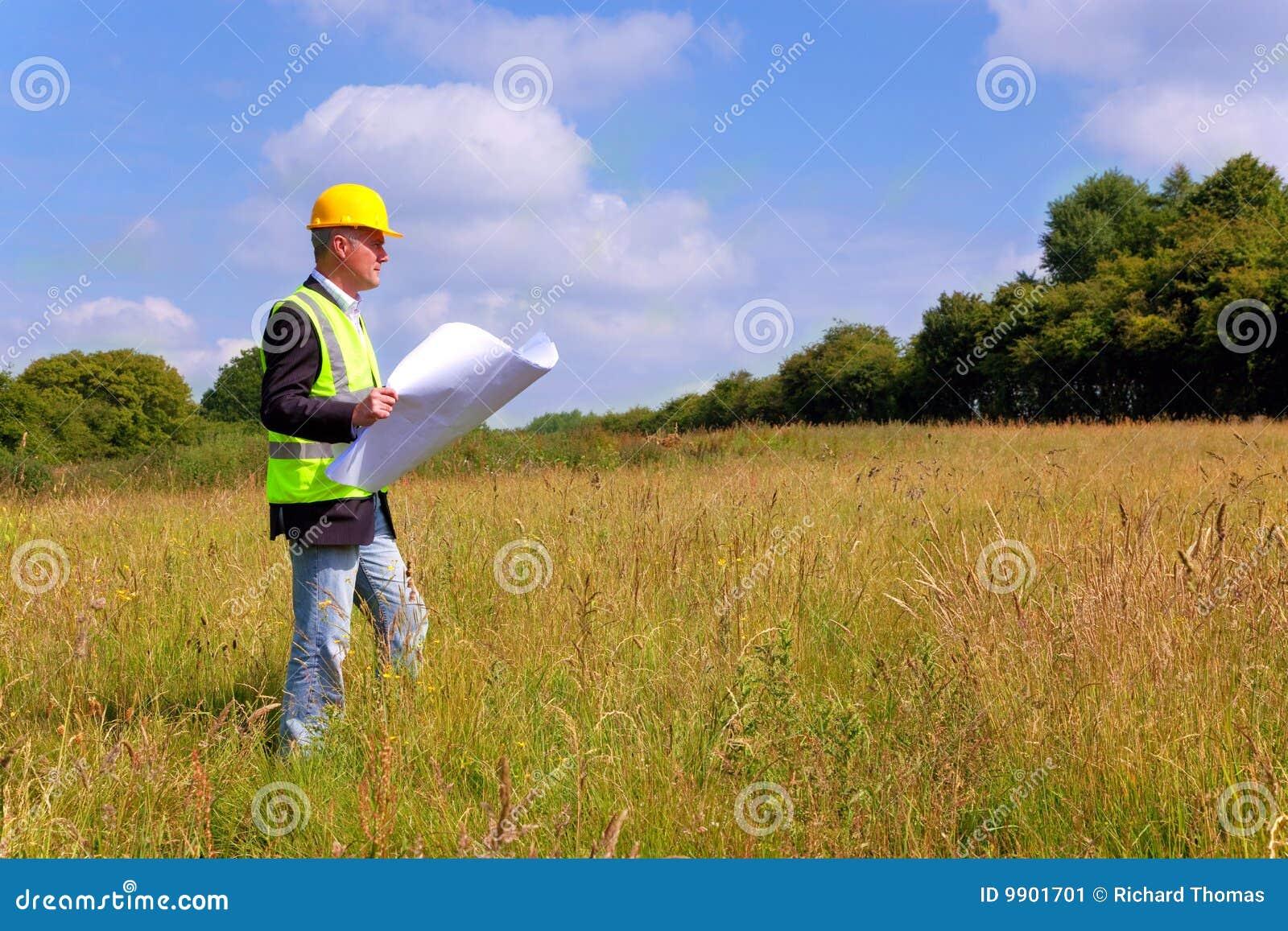 Arquiteto que examina um lote de edifício novo