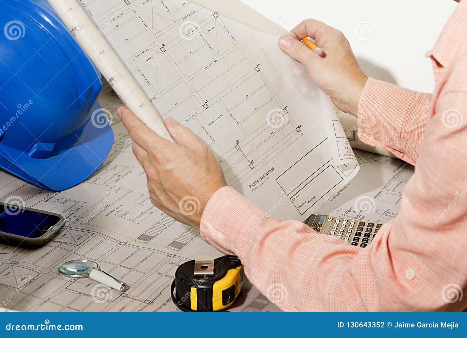 Arquiteto que revê e que mostra o esboço da arquitetura