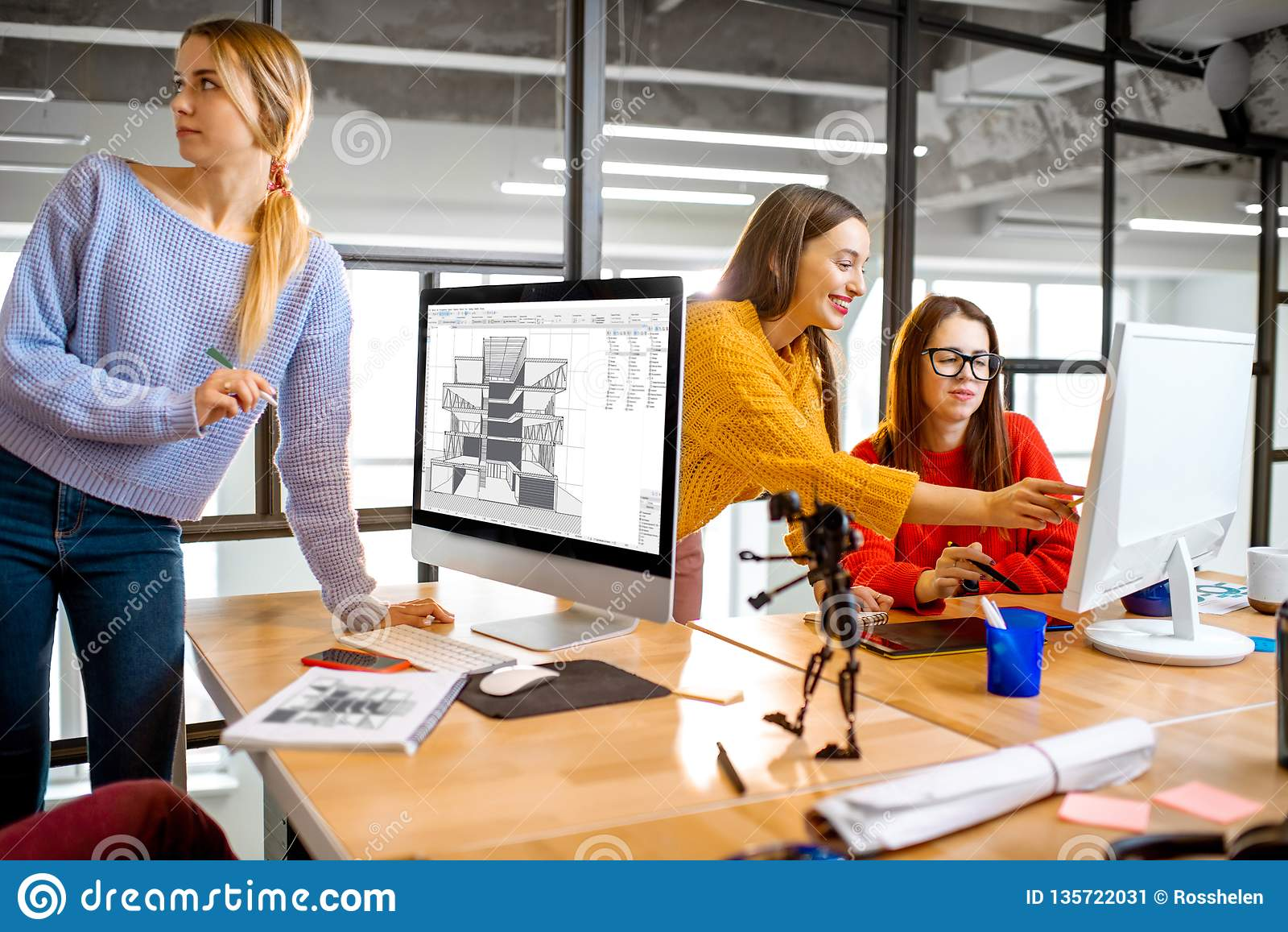 Arquitetos novos que trabalham no escritório