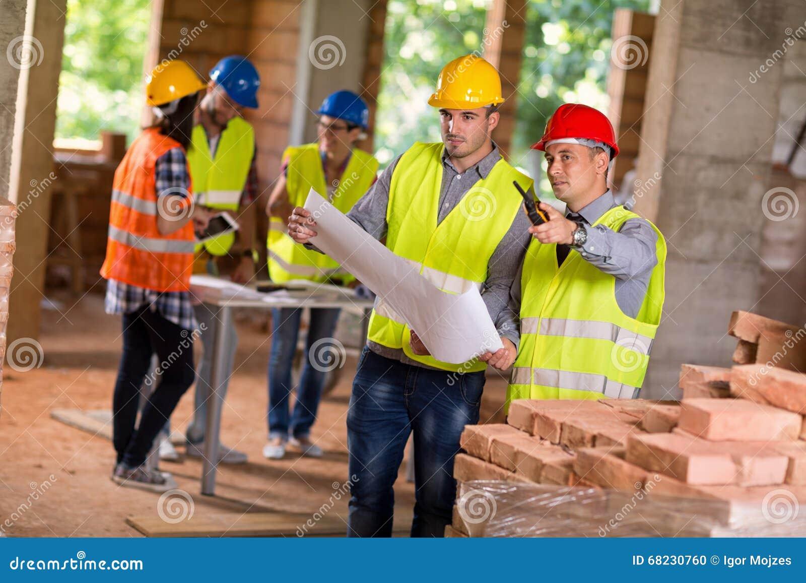 Arquitetos que planeiam junto a construção futura
