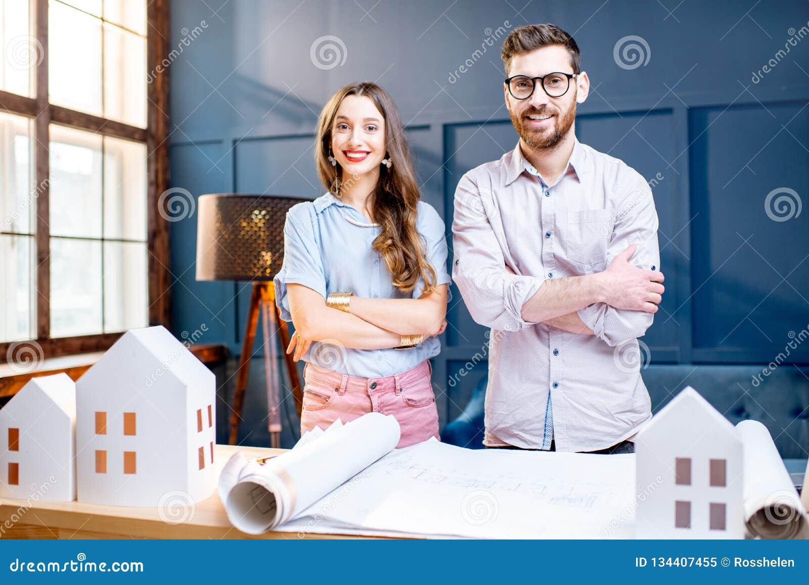 Arquitetos que trabalham no escritório