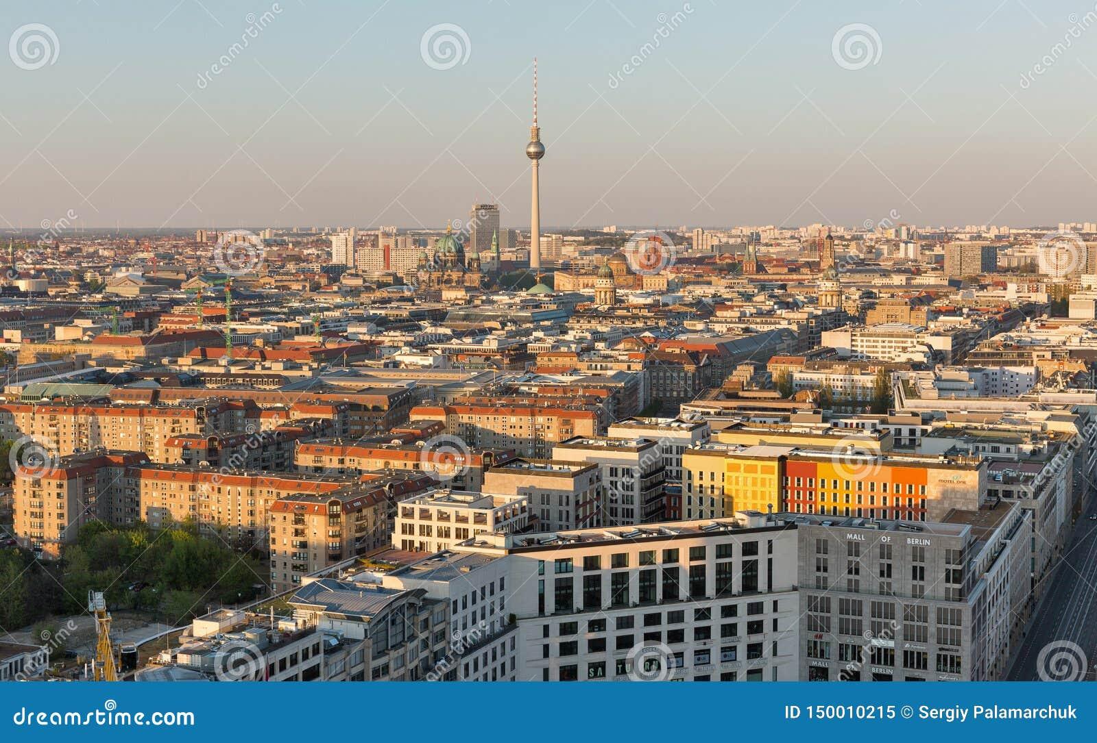 Arquitetura da cidade aérea da noite de Berlim, Alemanha