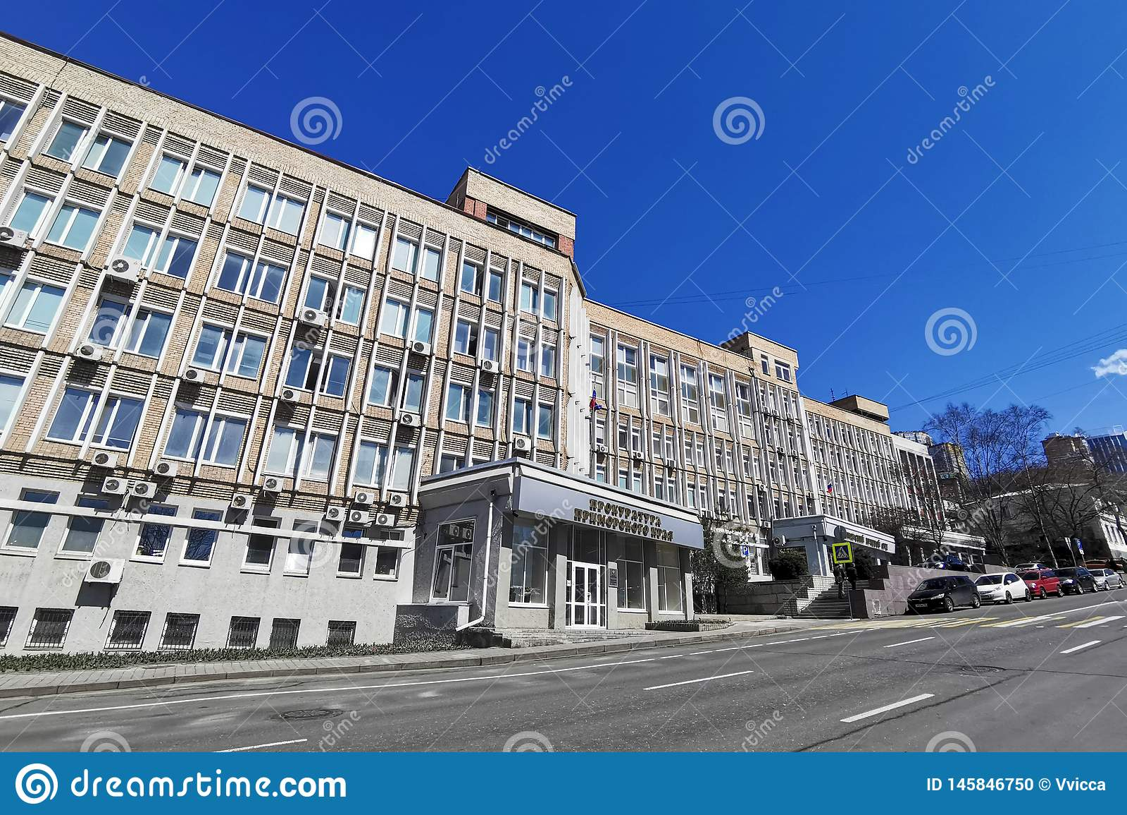 Arquitetura da cidade com a constru??o do escrit?rio de promotor de justi?a de Primorsky Krai na rua de Fontannaya