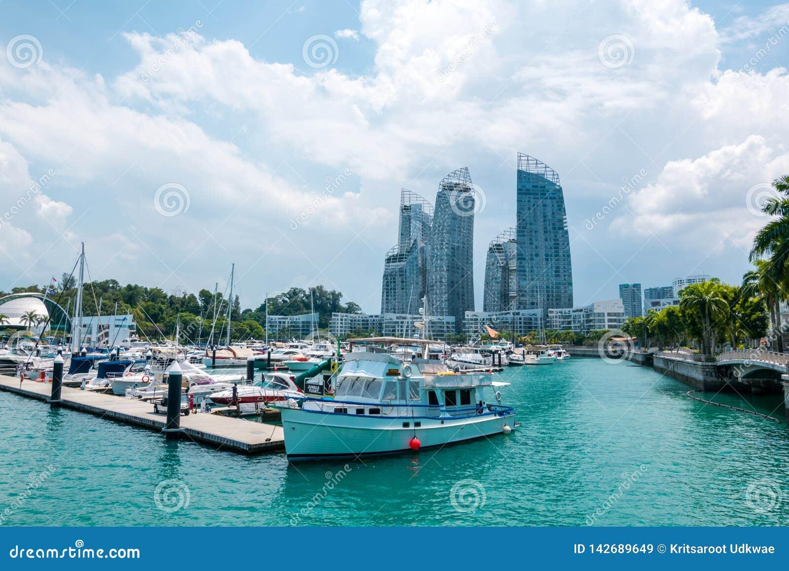 A arquitetura da cidade com opinião dos barcos da ilha de Keppel em Singapura
