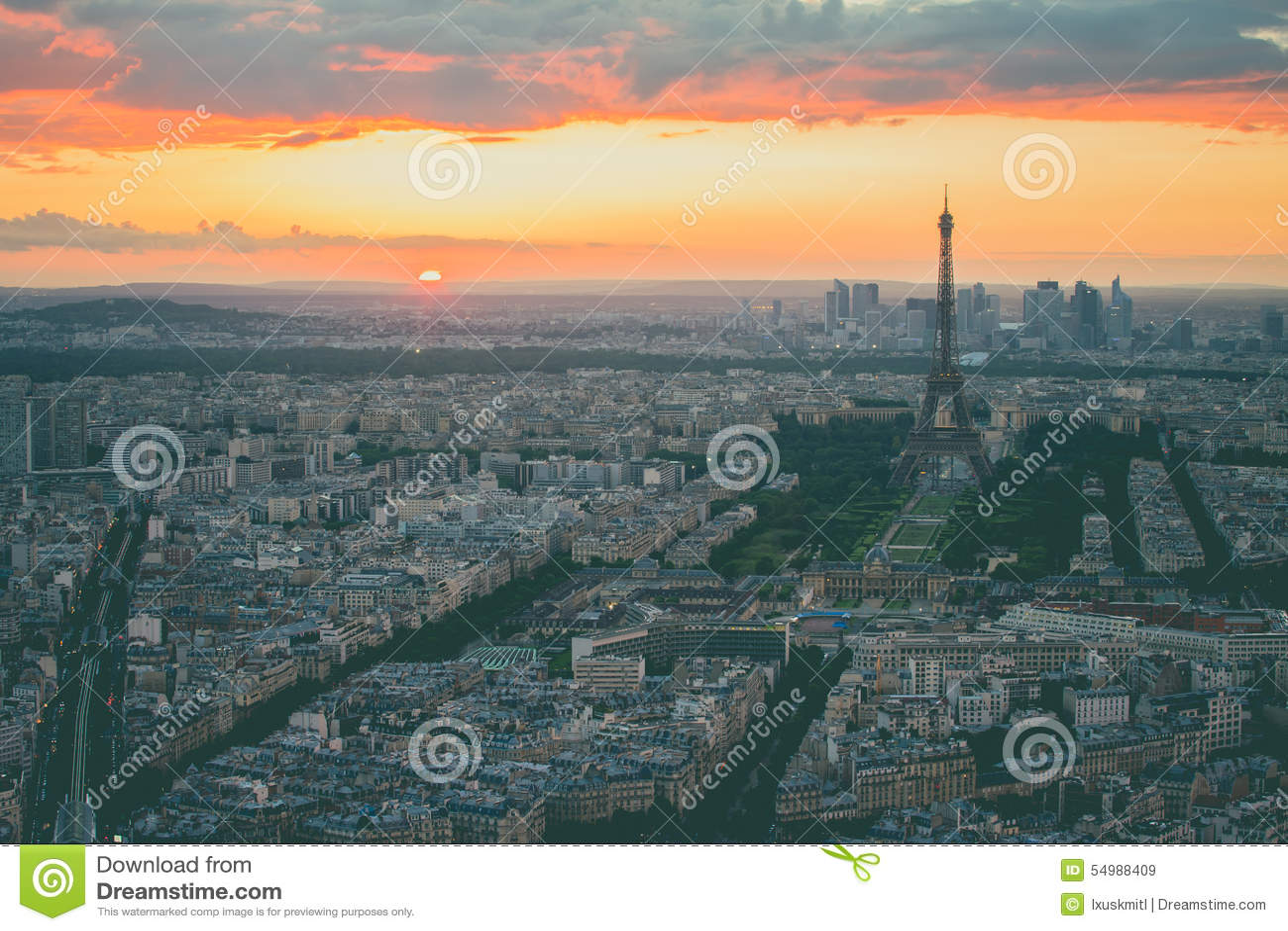 A arquitetura da cidade com a torre Eiffel em Paris, França