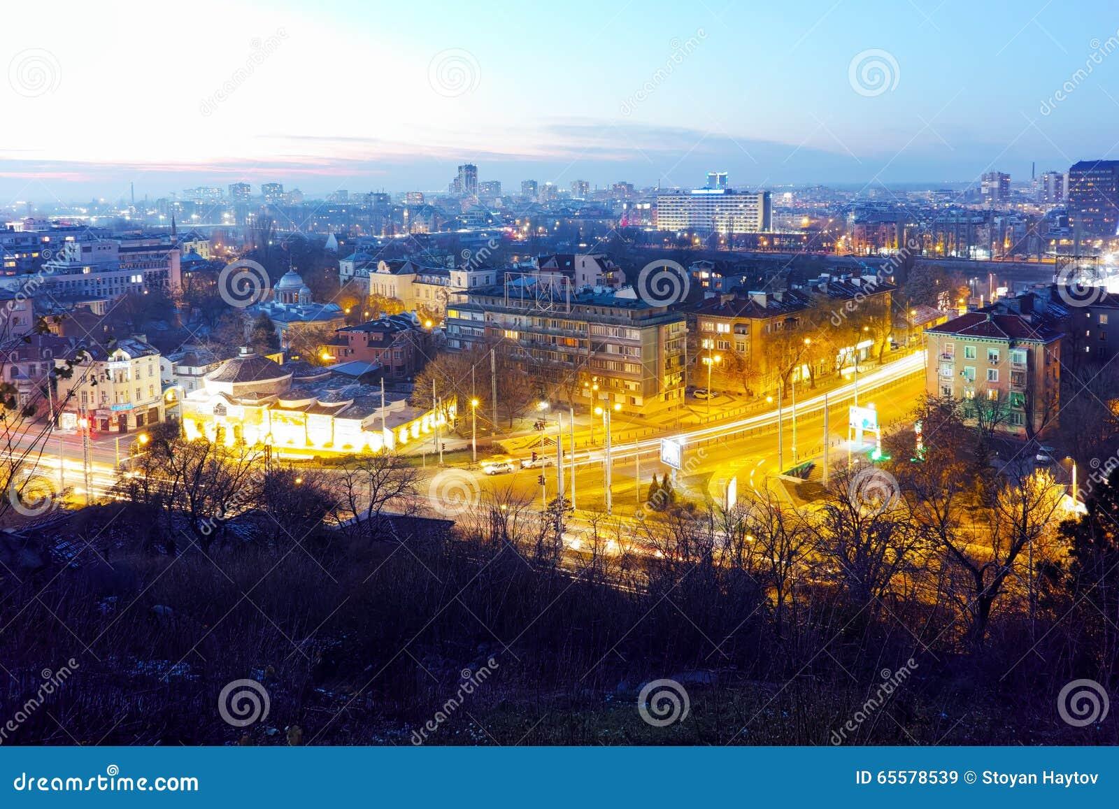 Arquitetura da cidade da noite da cidade de Plovdiv do monte do tepe de Nebet, Bulgária