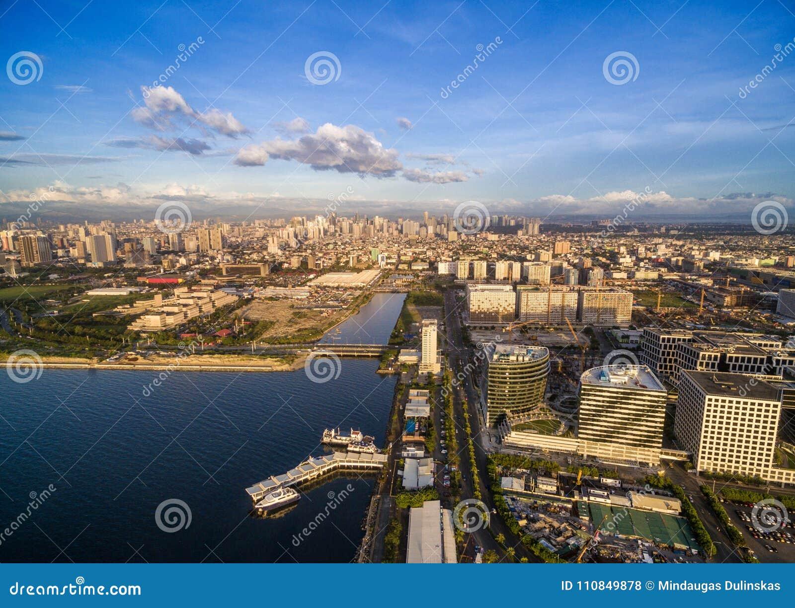 Arquitetura da cidade de Manila em Filipinas Luz do céu azul e do por do sol Cais no primeiro plano