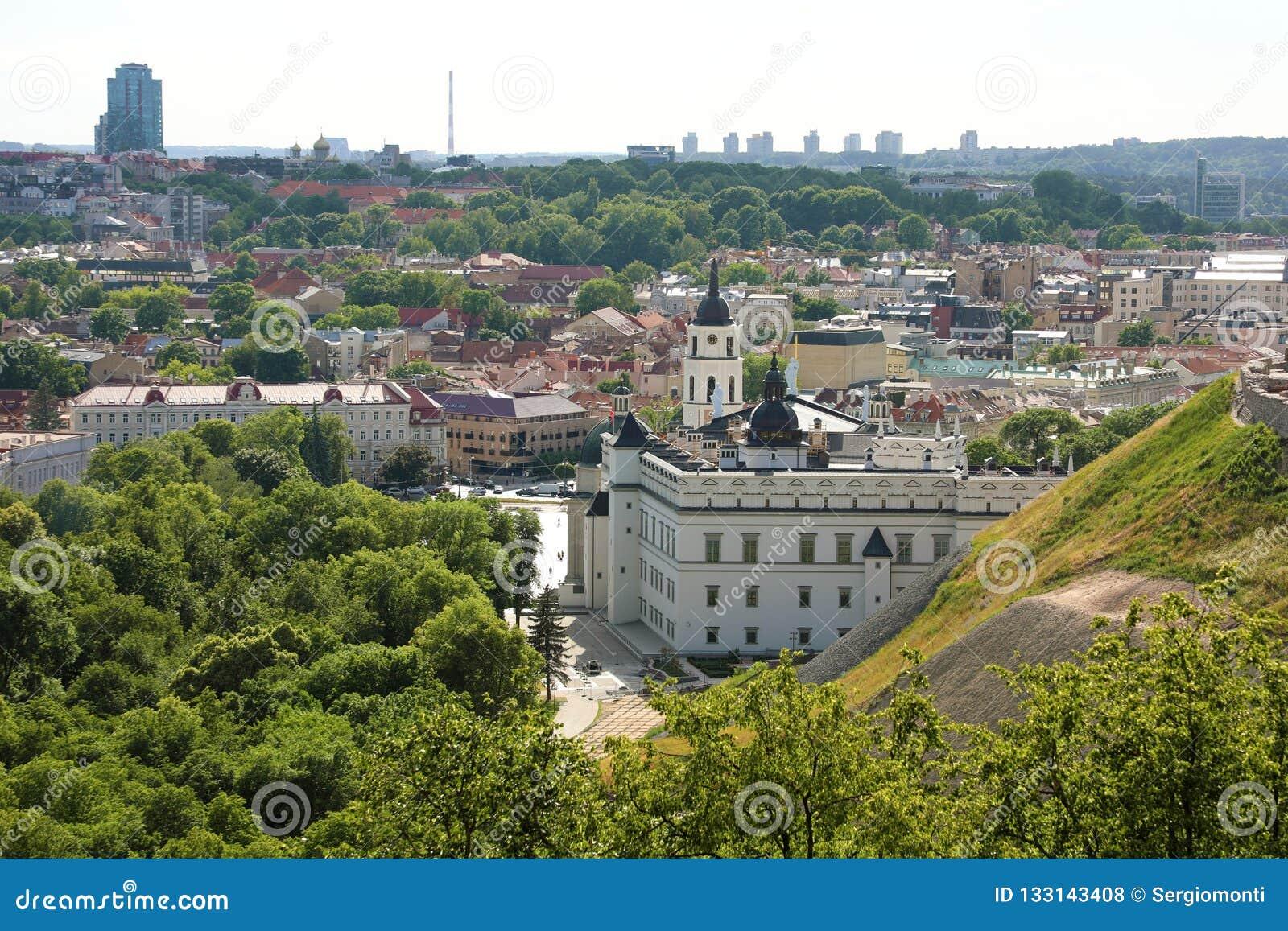 Arquitetura da cidade de Vilnius com catedral e palácio dos duques grandes o