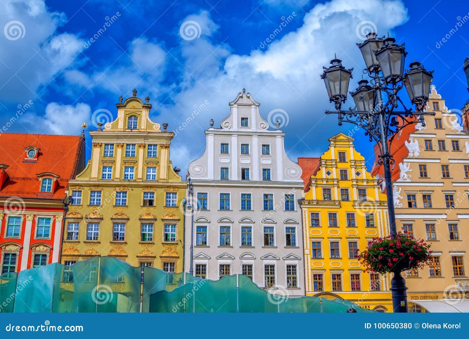 Arquitetura da cidade do mercado velho da cidade de Wroclaw com construções históricas coloridas