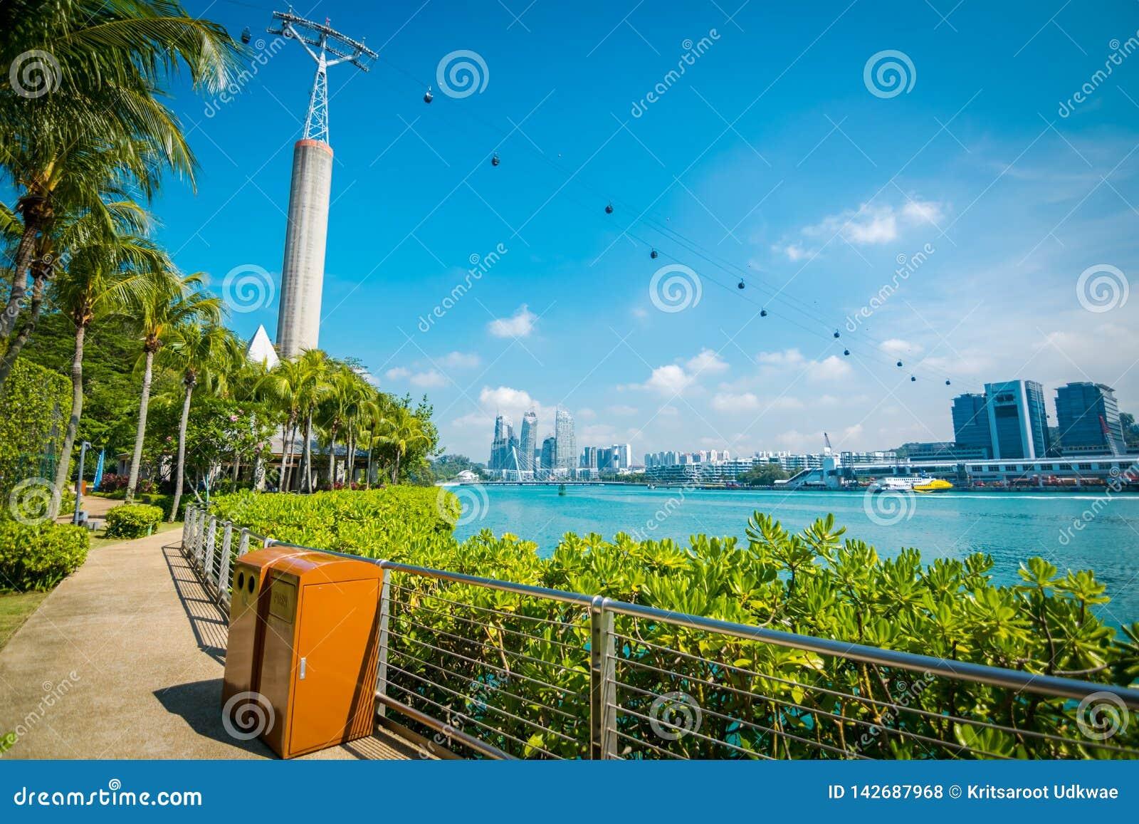 Arquitetura da cidade e paisagem de Singapura Vista dos teleféricos da ilha de Sentosa à estação do teleférico de HarbourFront