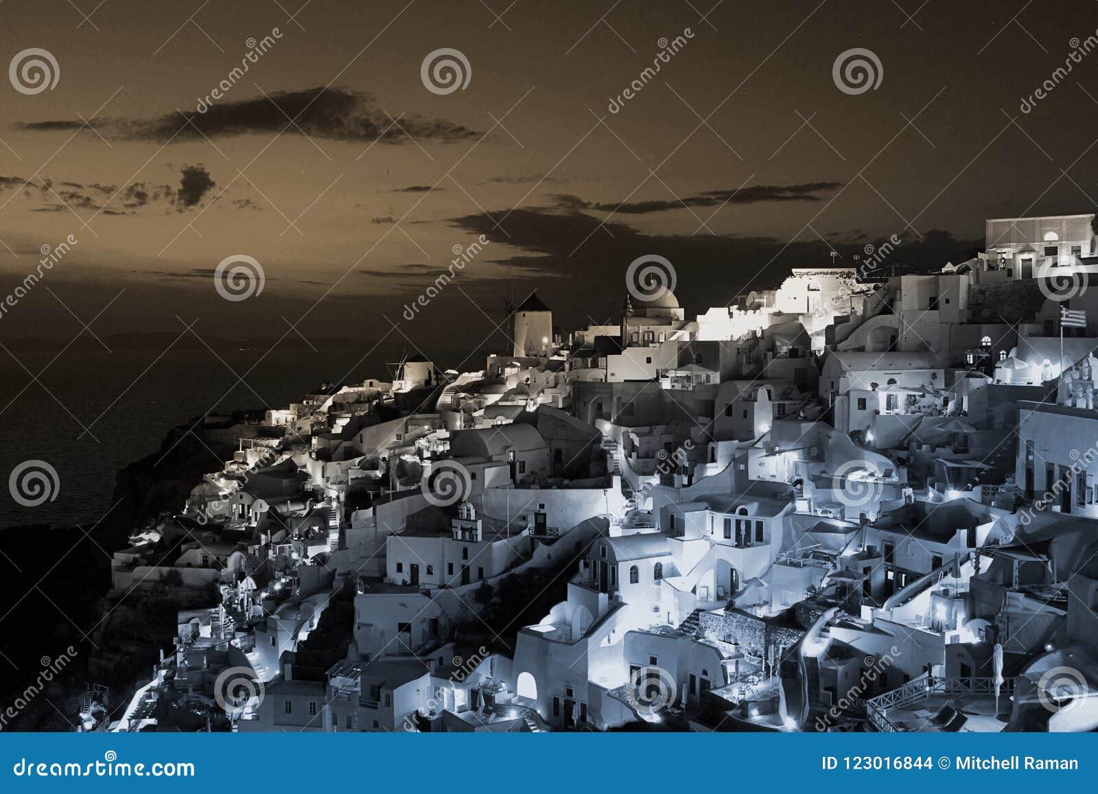 Arquitetura da cidade grega das construções no crepúsculo na cidade de Oia, Santorini, Grécia