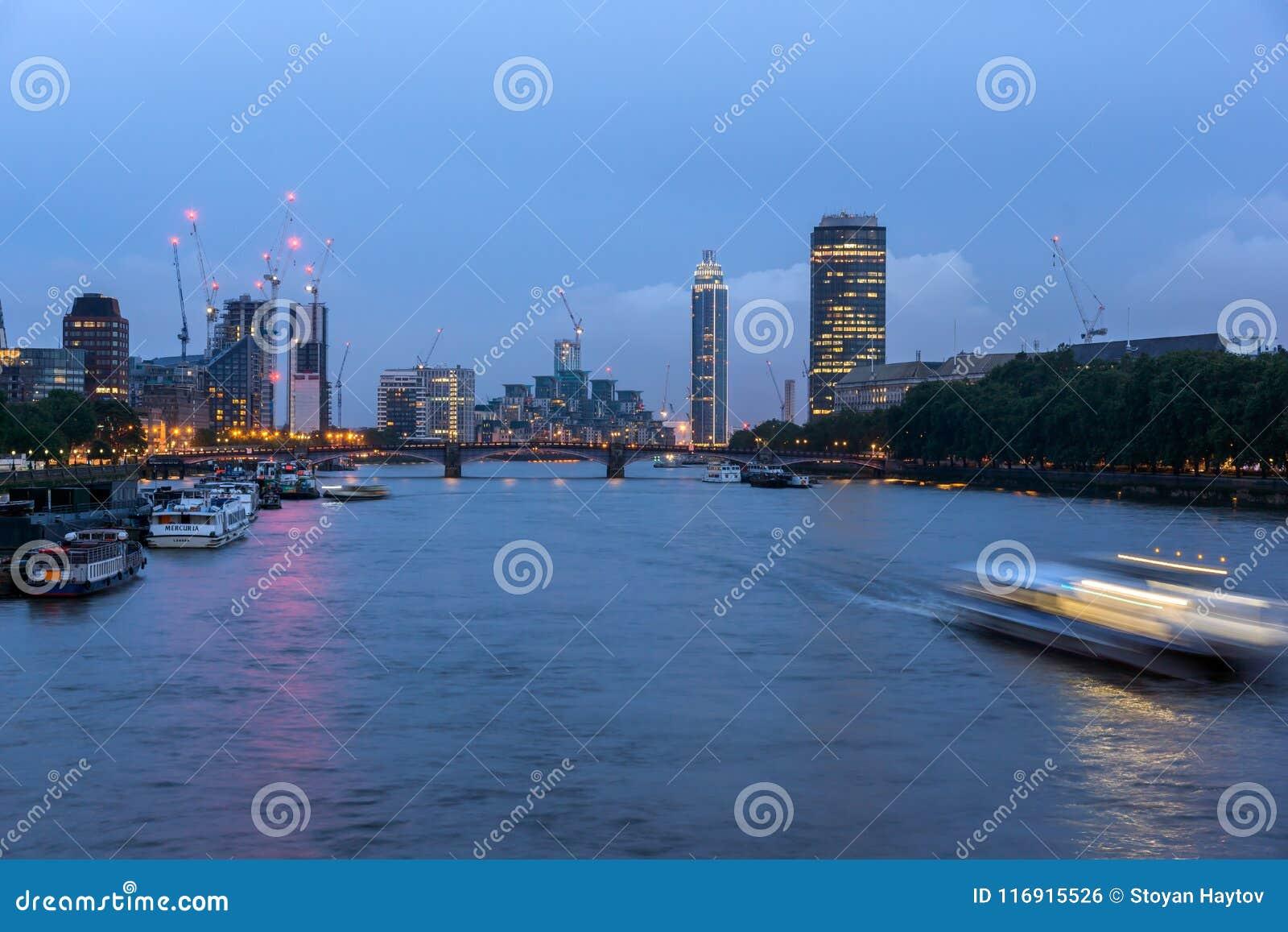 Arquitetura da cidade surpreendente da noite da cidade de Londres, Inglaterra, Reino Unido