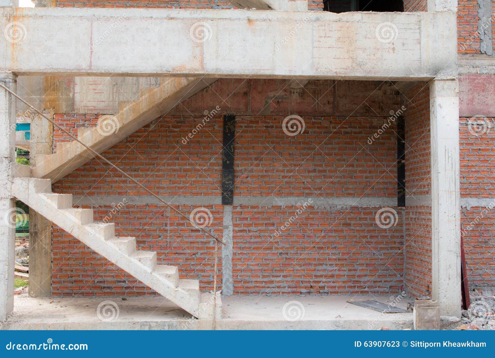 Arquitetura das escadas inacabado no porão