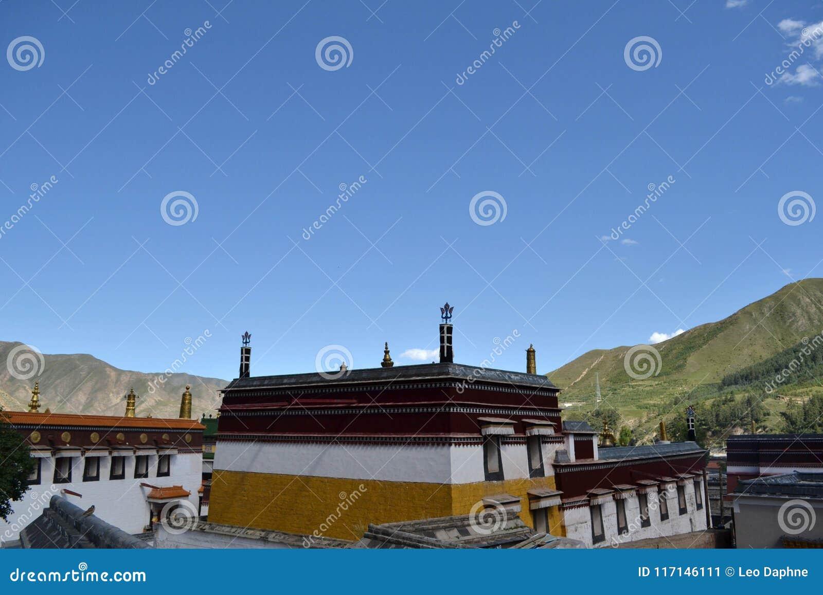A arquitetura em torno de Labrang Monastery em Xiahe, Amdo Tibet