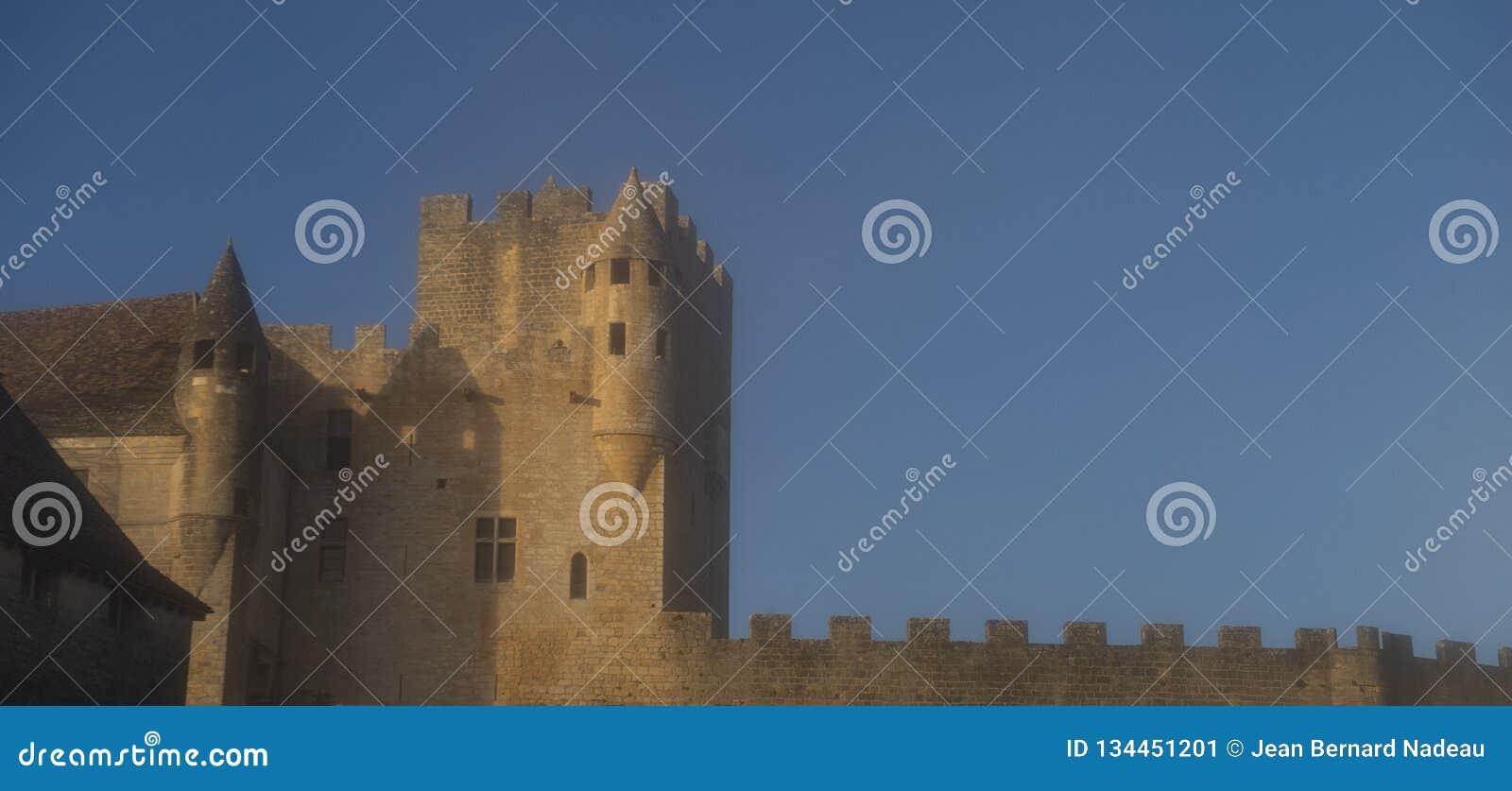 Arquitetura medieval do castelo impressionante de Castelo de Beynac
