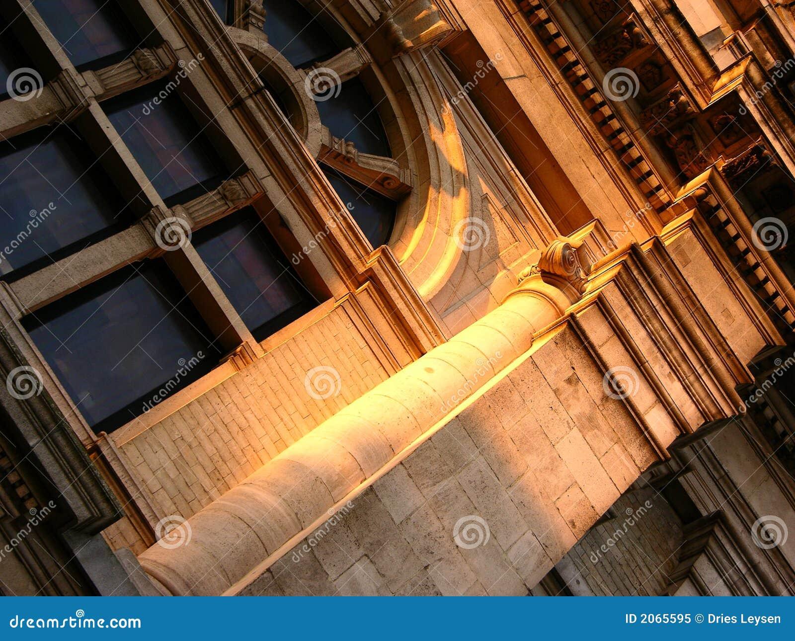 Arquitetura Sunlit do edifício na perspectiva