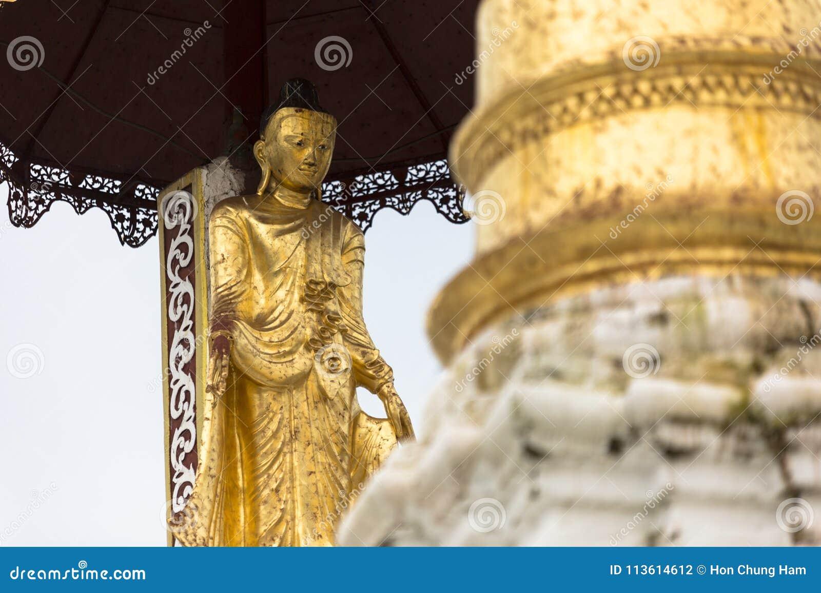 Arquitetura tradicional do templo do stupa dourado no pagode Yangon Myanmar 3Sudeste Asiático do shwedagon