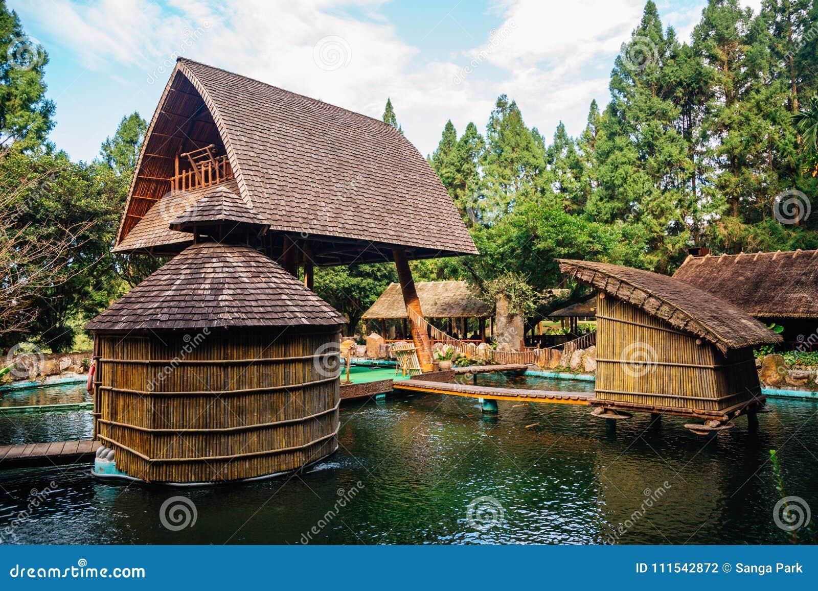 Arquitetura velha no parque temático aborígene Formosan da vila da cultura em Nantou County, Taiwan