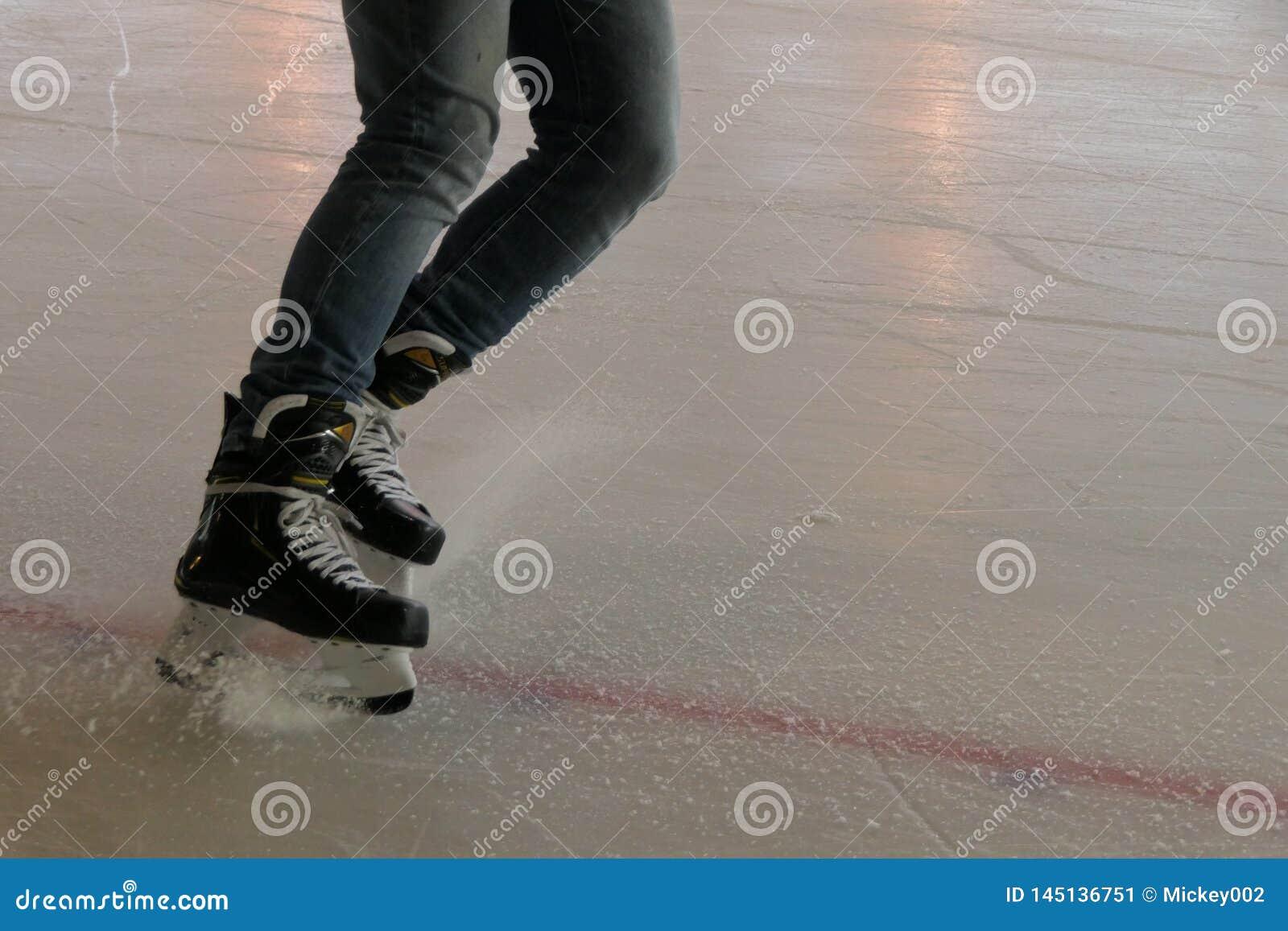 Arrêt d hockey, se cassant sur la glace