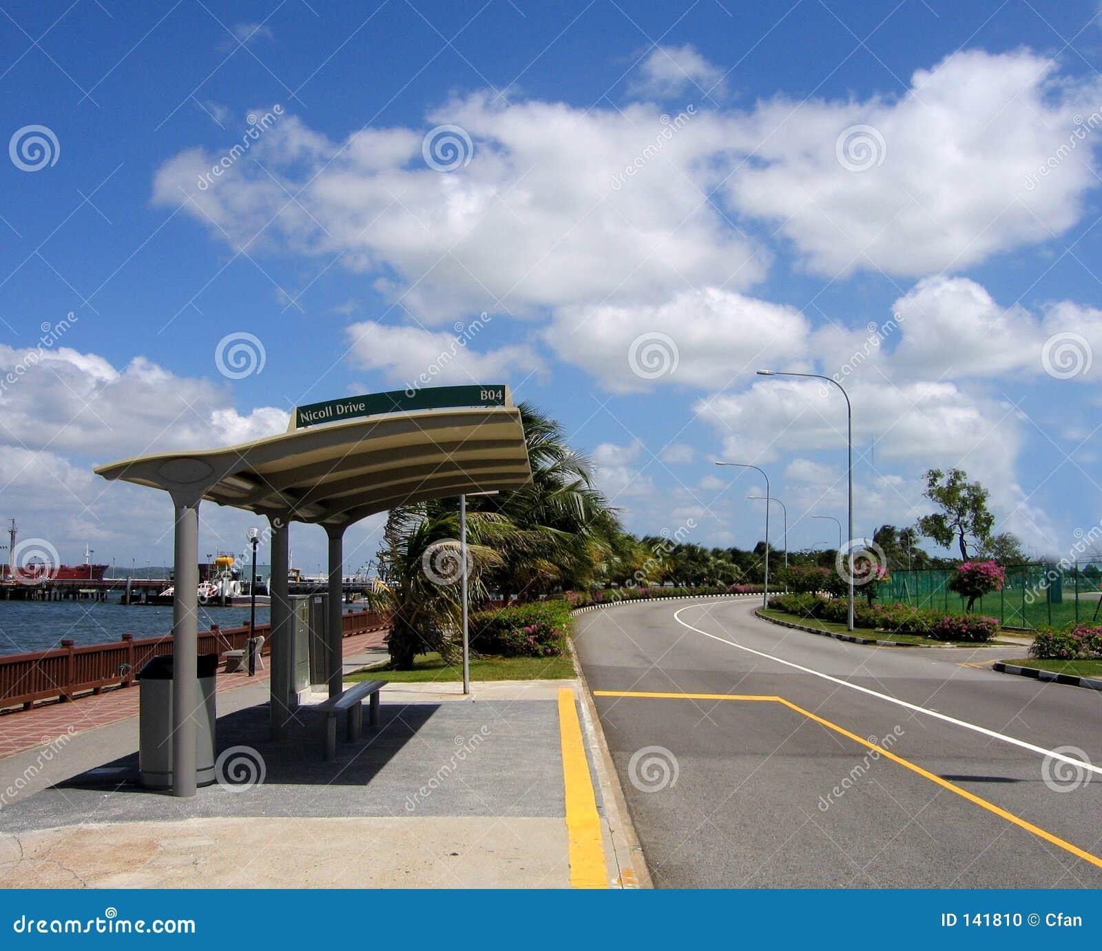 Arrêt de bus et ciel bleu