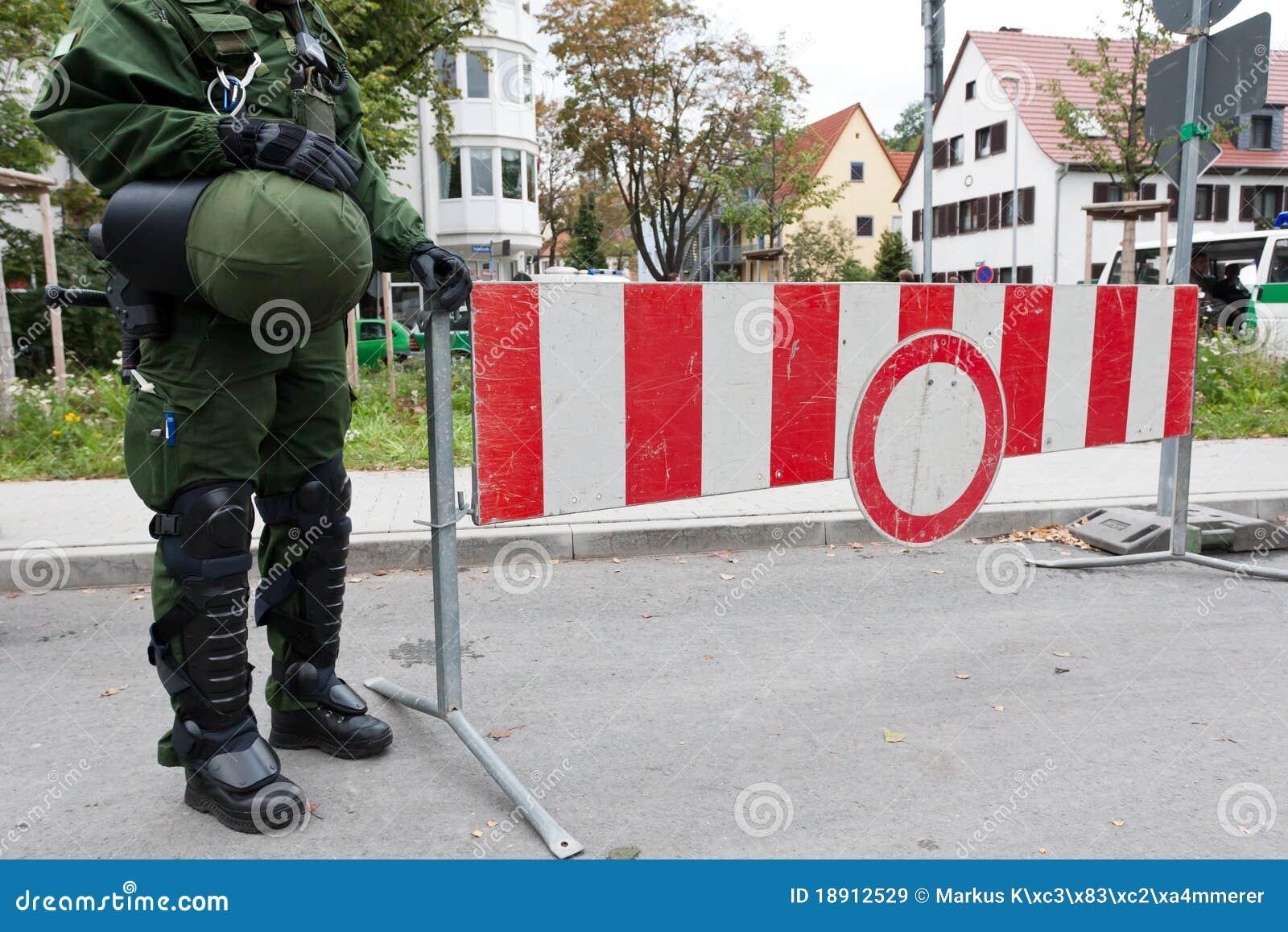 Arrêtez le signe avec l homme de police