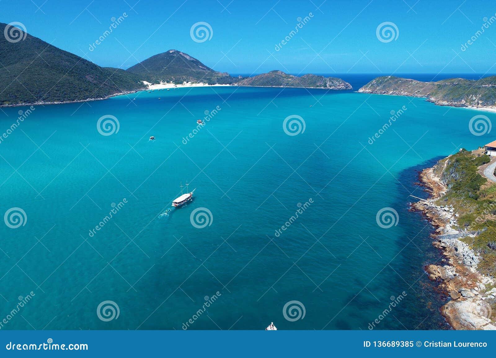 Arraial hace Cabo, el Brasil: Vista aérea de un mar azul y de un tiempo claro