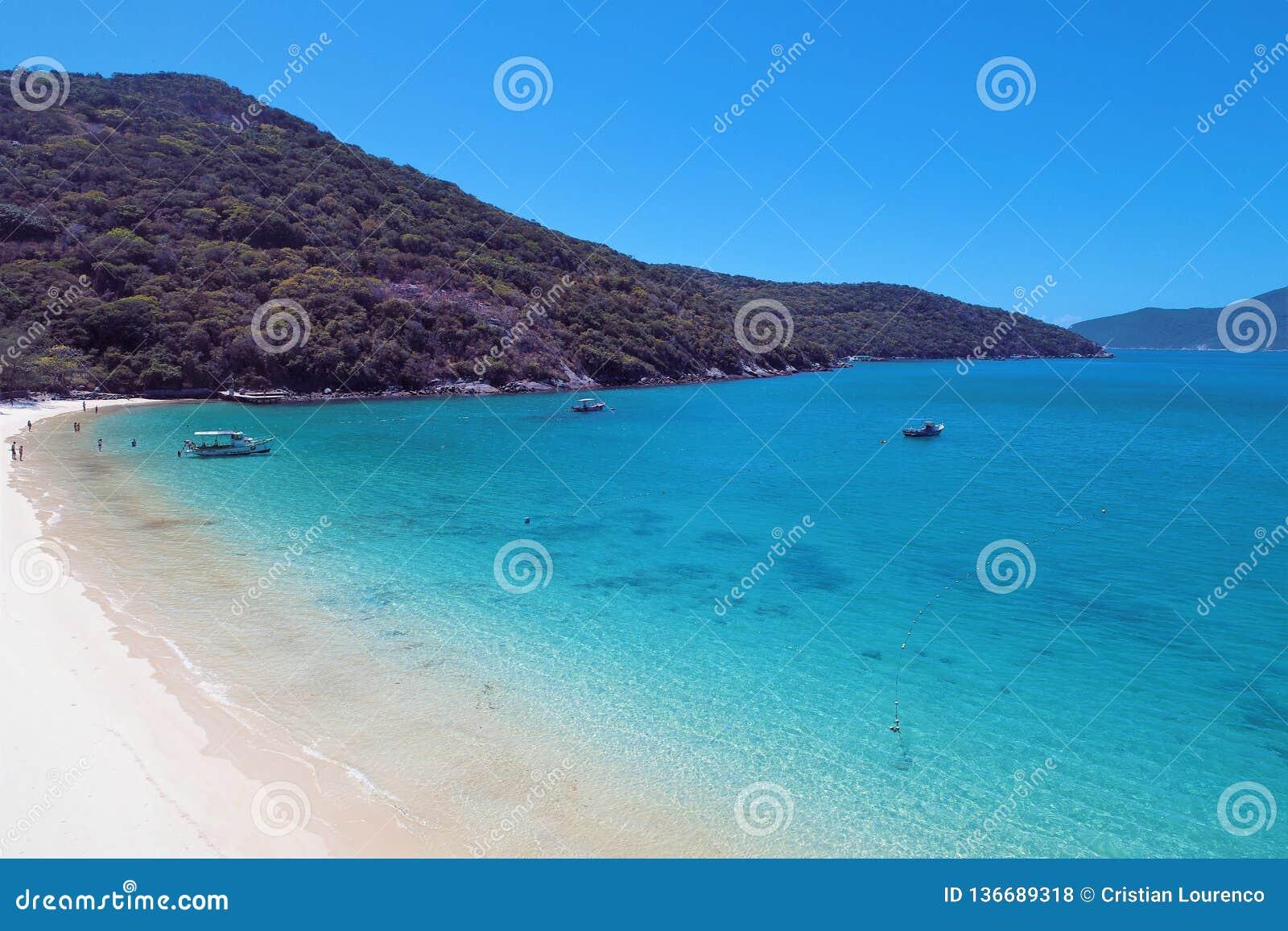 Arraial hace Cabo, el Brasil: Vista de la playa hermosa con agua cristalina