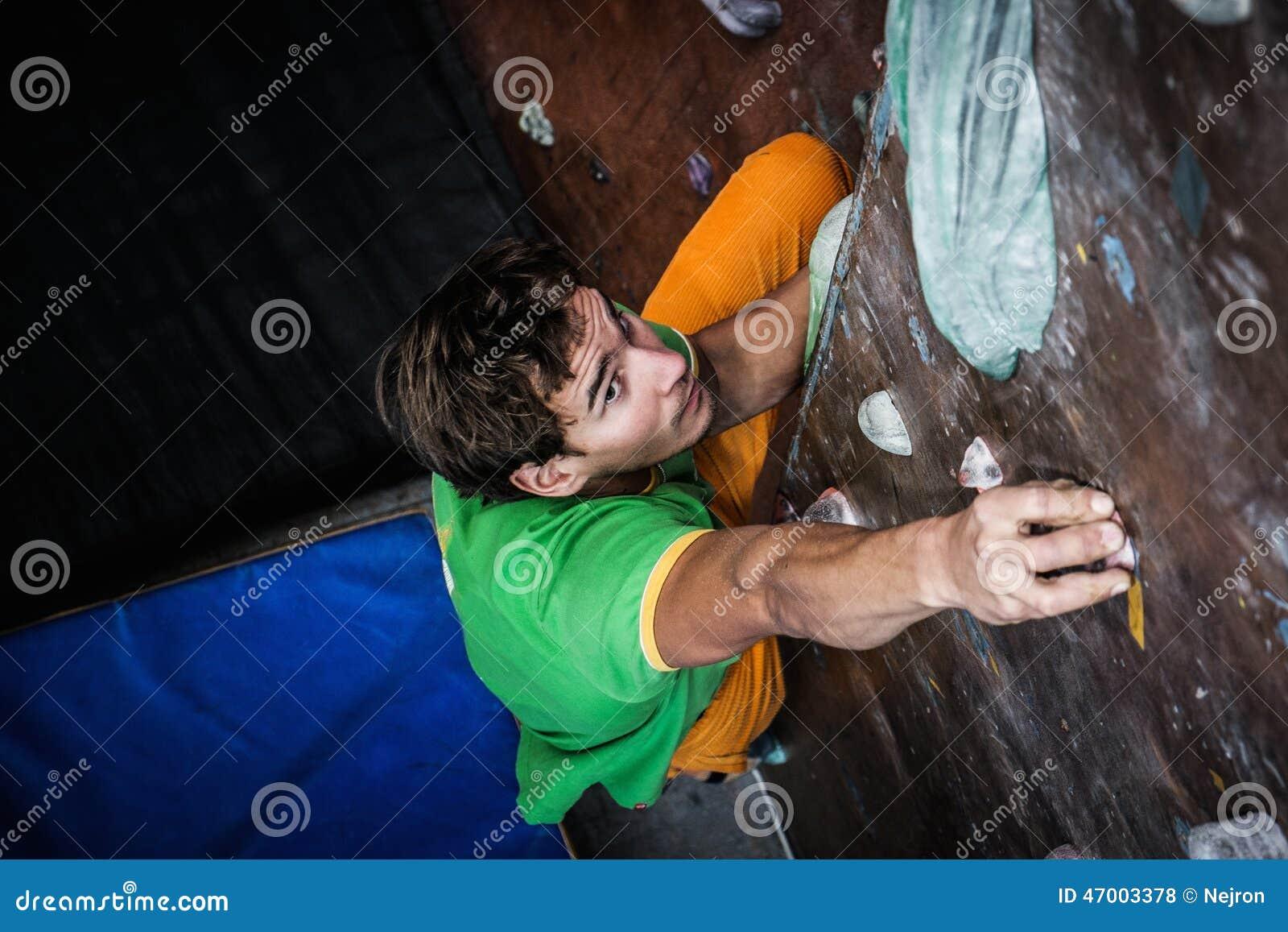 Arrampicarsi di pratica dell 39 uomo su una parete della for Planimetrie della caverna dell uomo