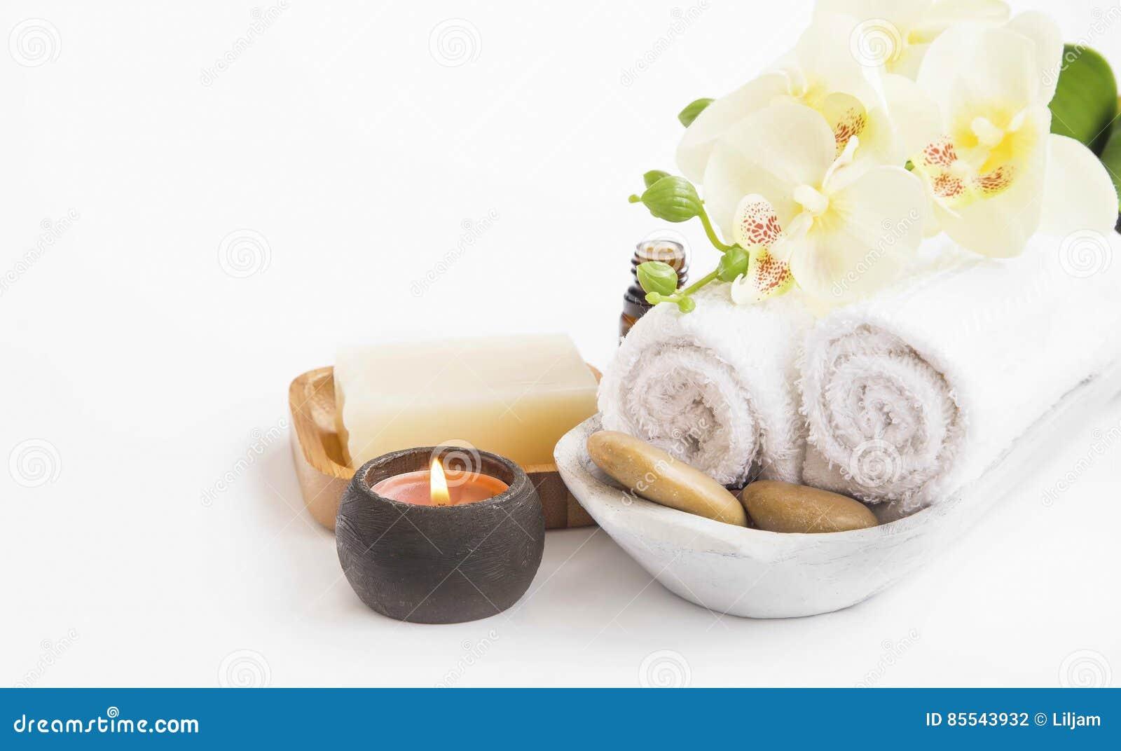 Arrangement de station thermale avec la fleur, la bougie, le savon et les serviettes d orchidée sur le petit morceau