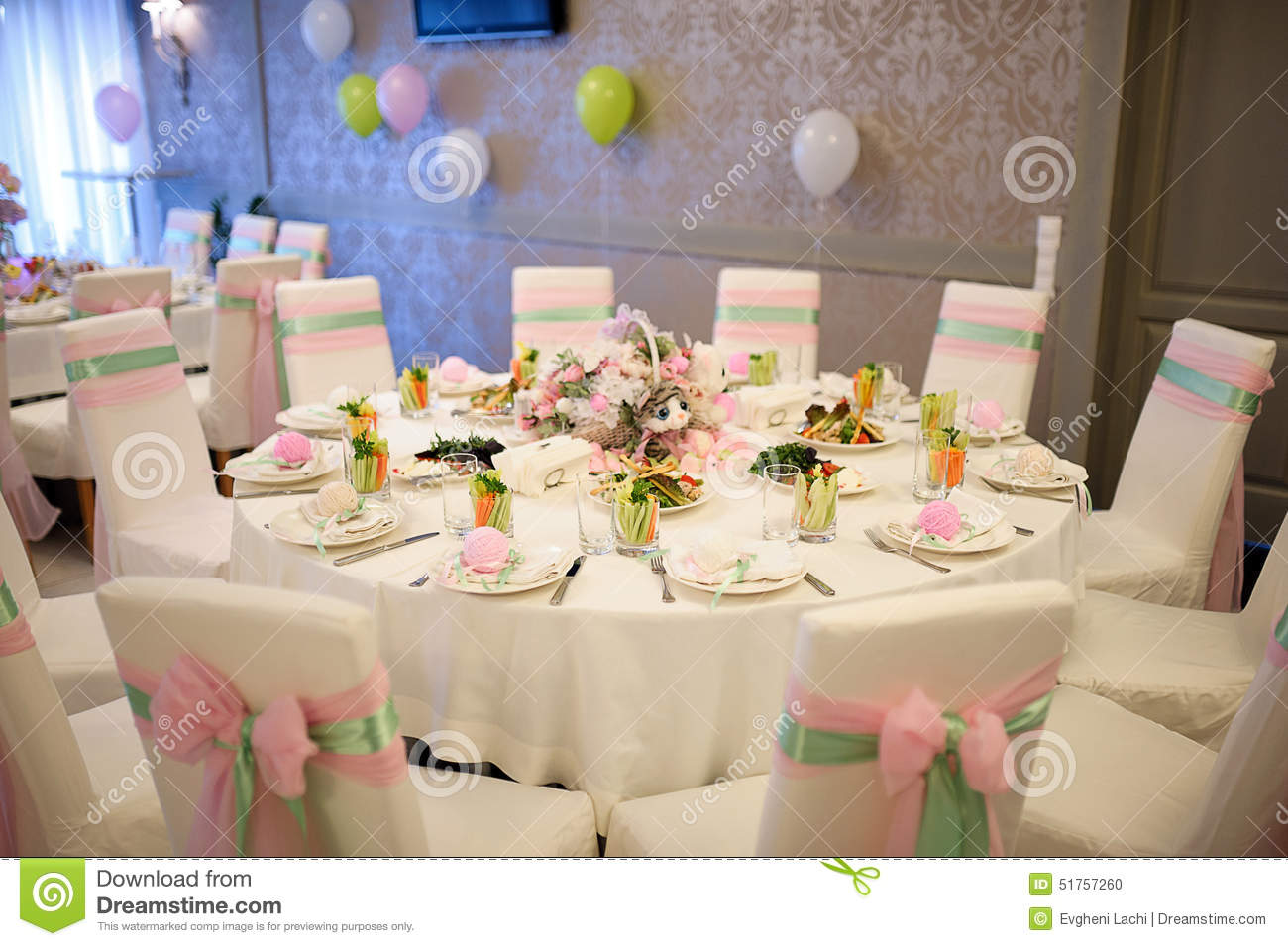 arrangement de table d 39 anniversaire de banquet photo stock image 51757260. Black Bedroom Furniture Sets. Home Design Ideas