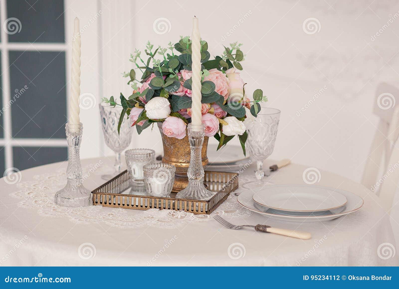 Arrangement De Table De Salle à Manger Au Style De La Provence, Avec Les  Bougies