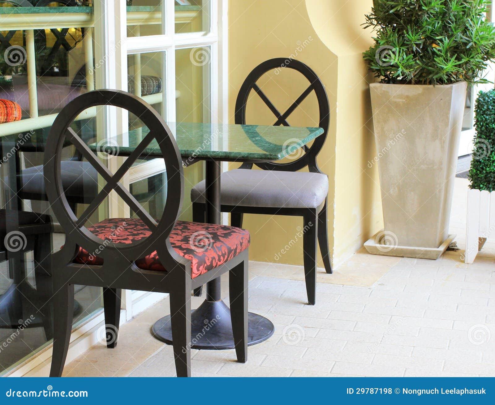 Arrangement moderne de table et de chaise dans le for Table exterieur restaurant