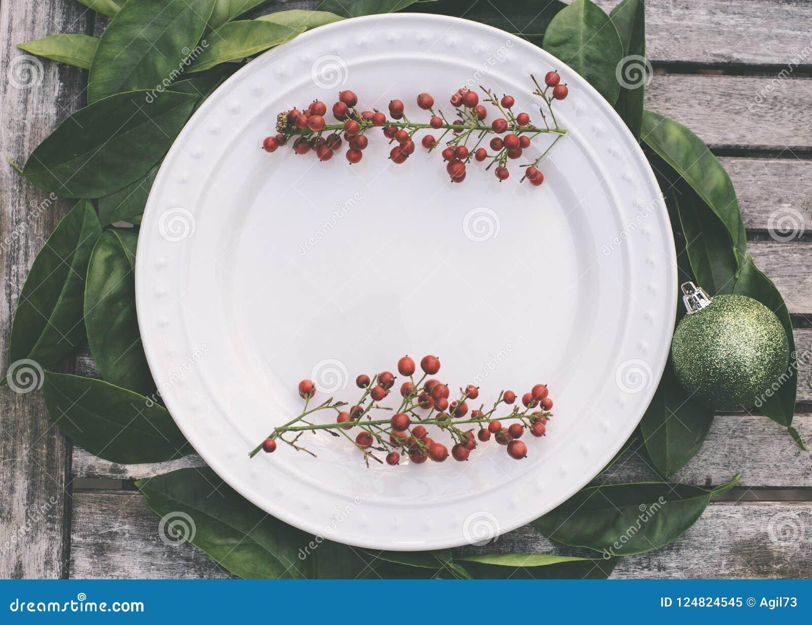 Arrangement rustique de Noël avec les baies rouges