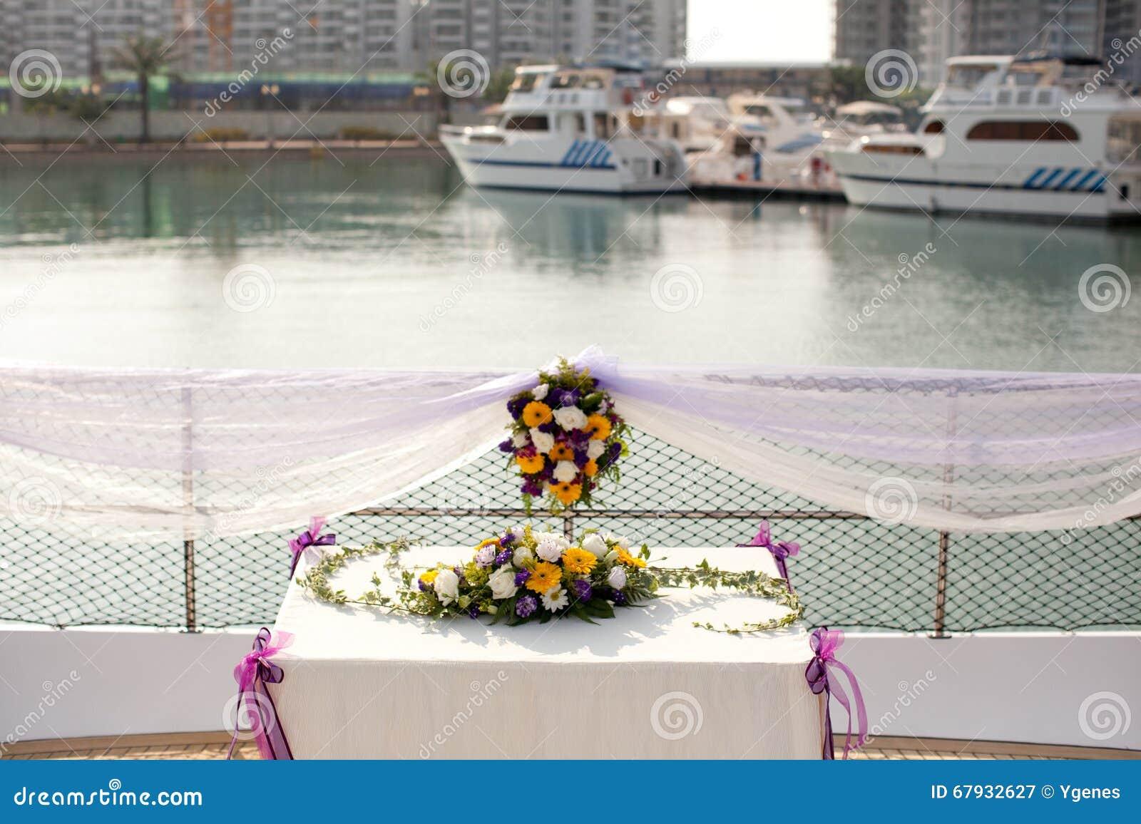 Arrangements de fleur de table de mariage dans le yacht