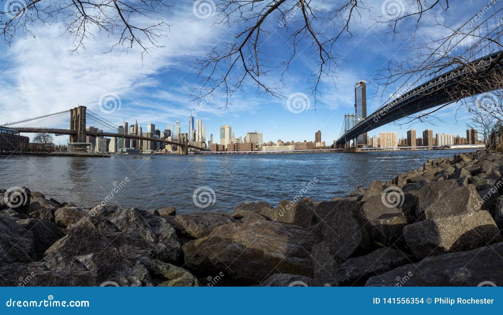 Arranha-céus de NYC entre Brookly e ponte de Manhattan